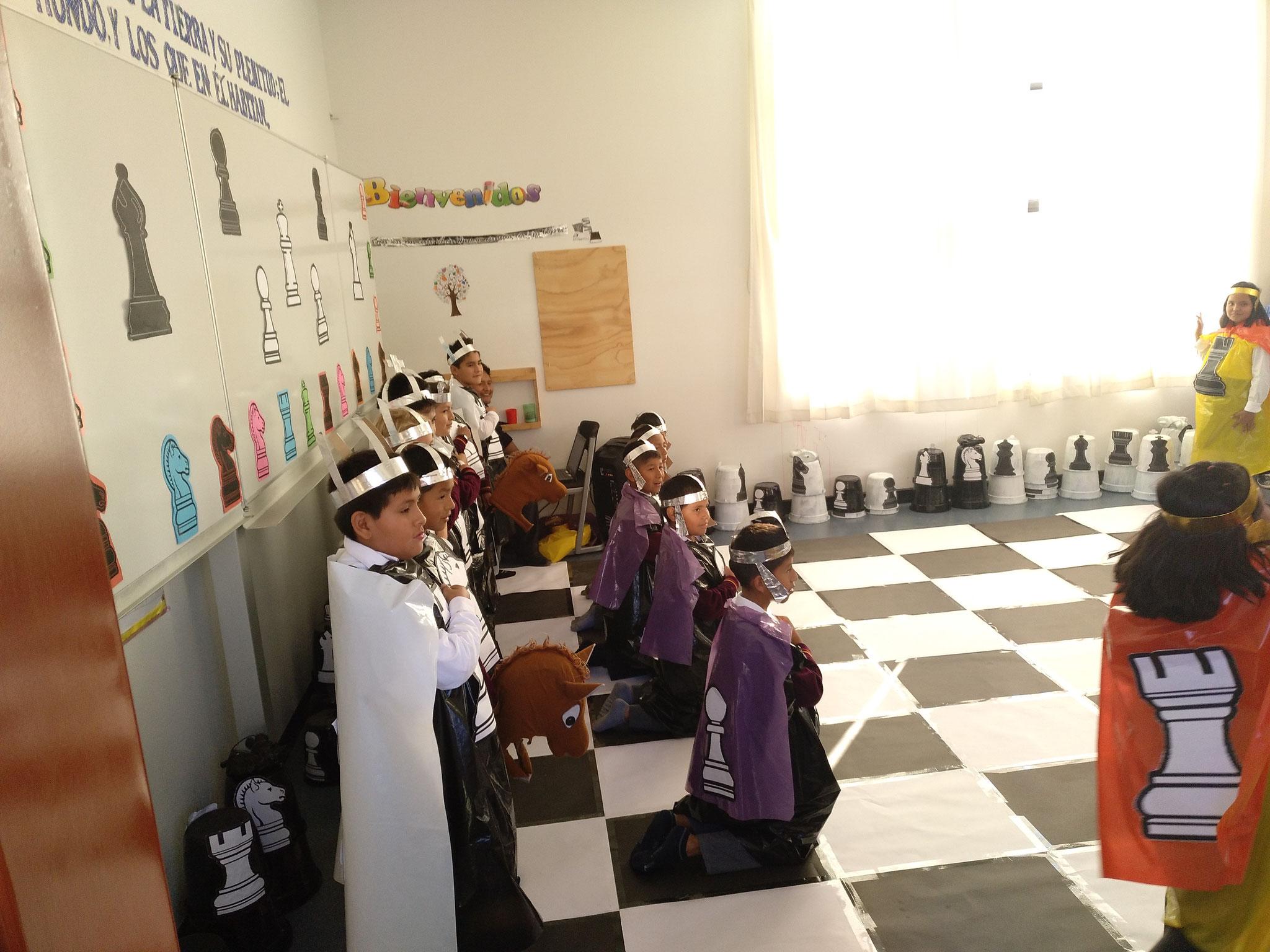 Eine Gruppe hat lebendiges Schach gespielt.