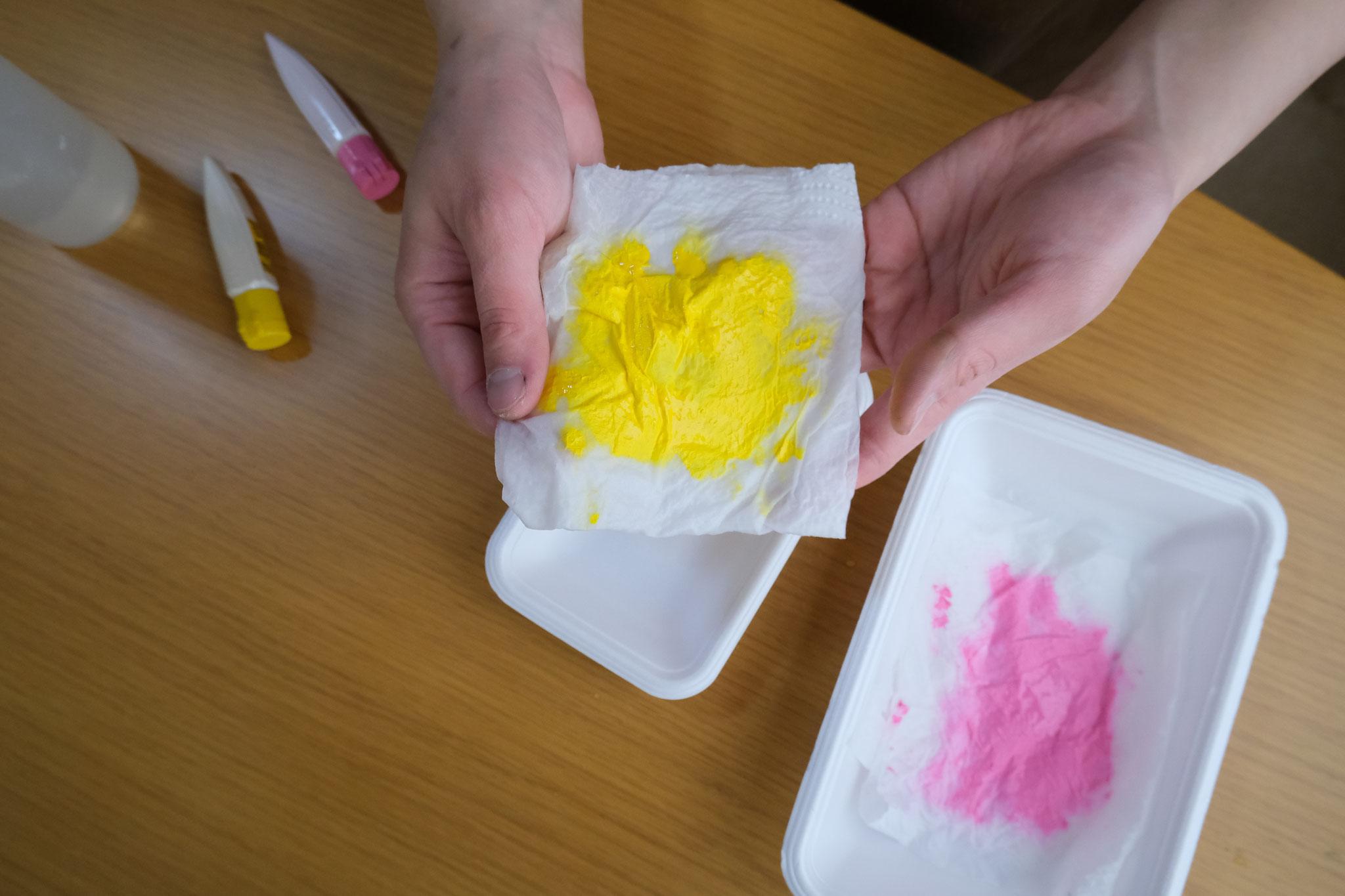 (6)二つ折りして絵の具をのばし、トレイにのせると‥