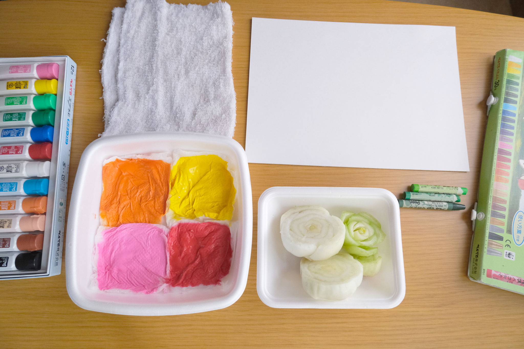 (1)水を含ませたキッチンペーパーに絵の具をのばしてスタンプ台に