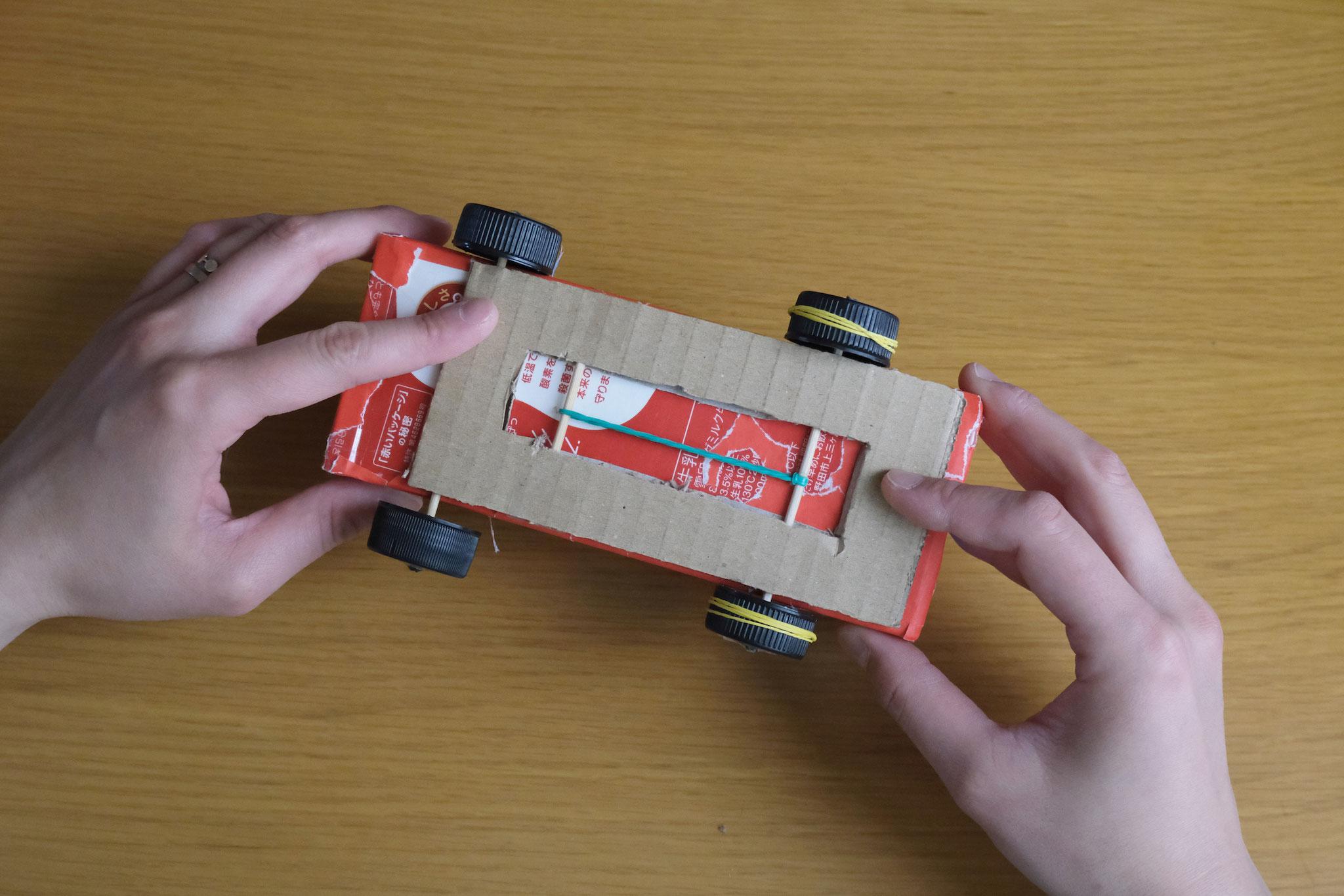 (15)モーターを両面テープや接着剤などで車体の裏に固定する。*前輪後輪の方向を間違えないように注意してください!