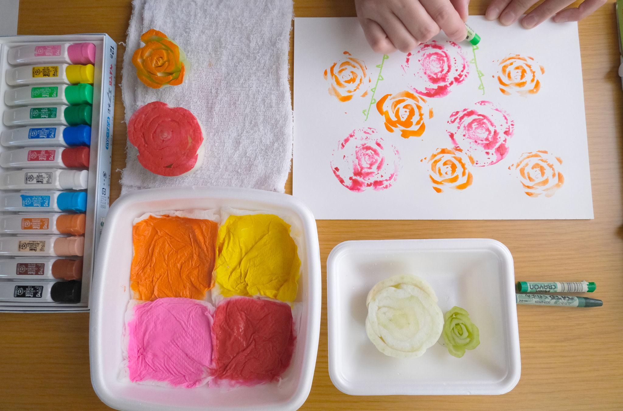 (11)ペタペタ押していき、クレヨンや色鉛筆、ペンなどで茎や