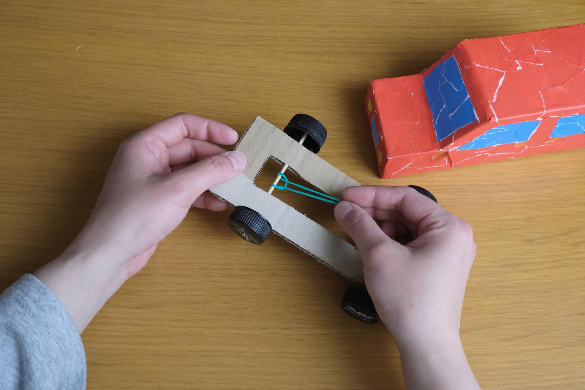 (8)後輪をつけた竹串に輪ゴムをかける。