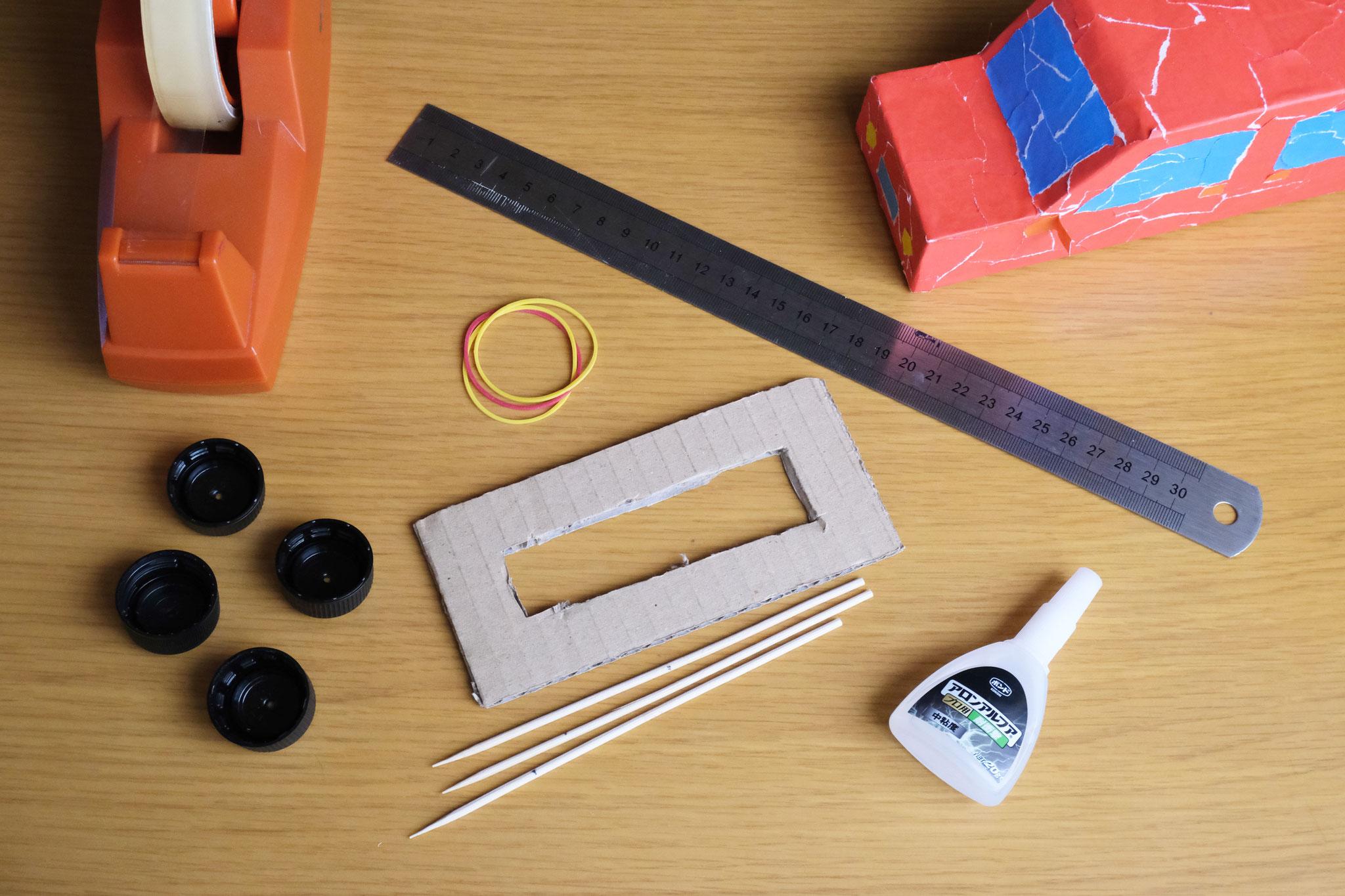 (1)厚めのダンボールを縦15cm×横7cmに切り、中央を縦11cm×横3cmにくり抜く。(くり抜く部分は大体で大丈夫です!)