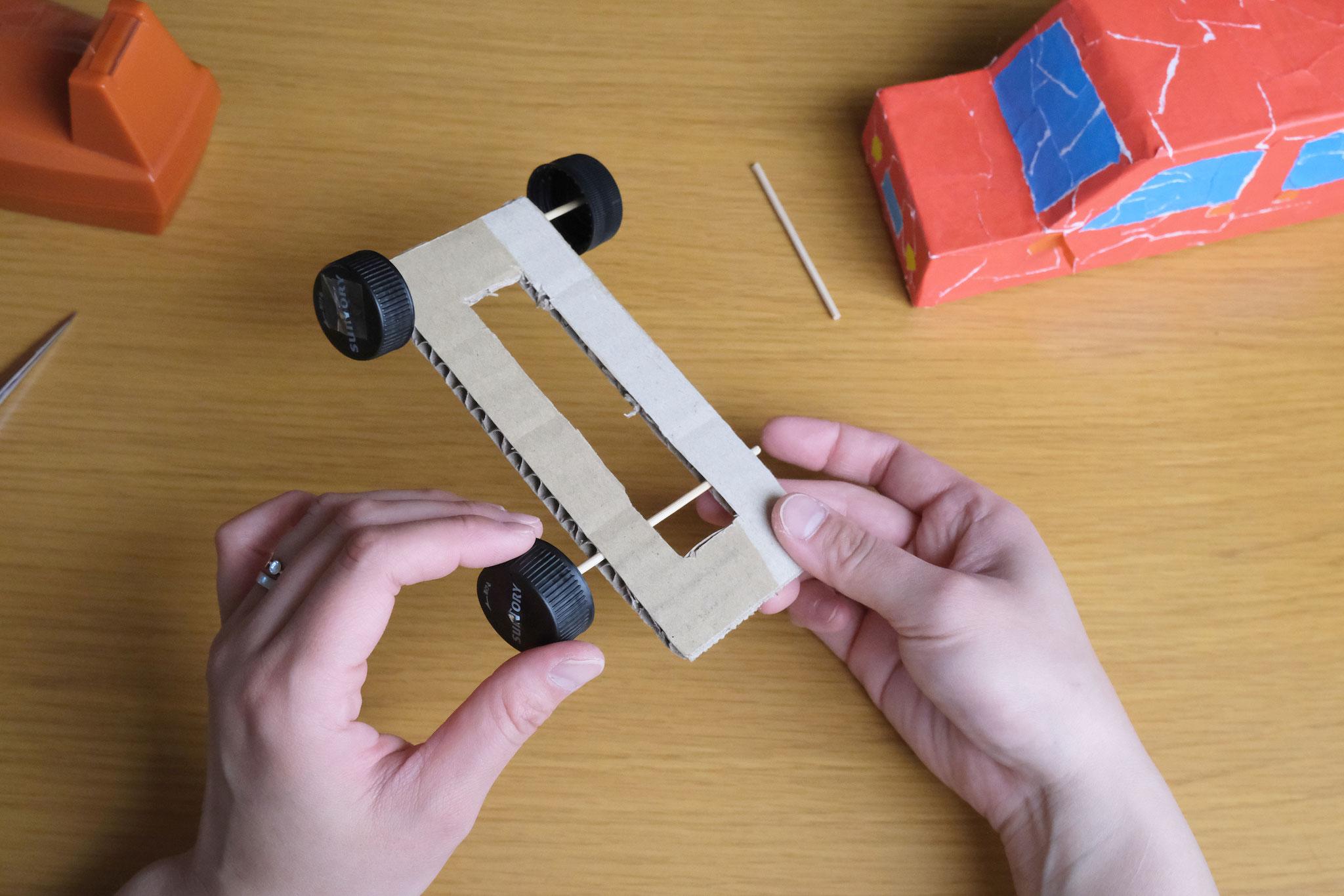 (7)もう1本の11cmの竹串は上から見えるように通しフタをつける。(後輪です)