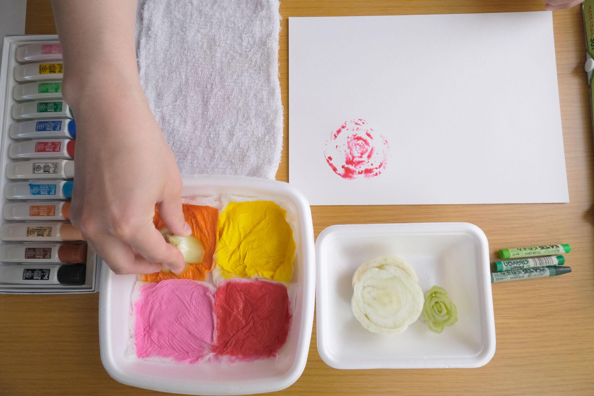 (7)スタンプ台に押し付け(少しトントンすると絵の具がよくつきます)