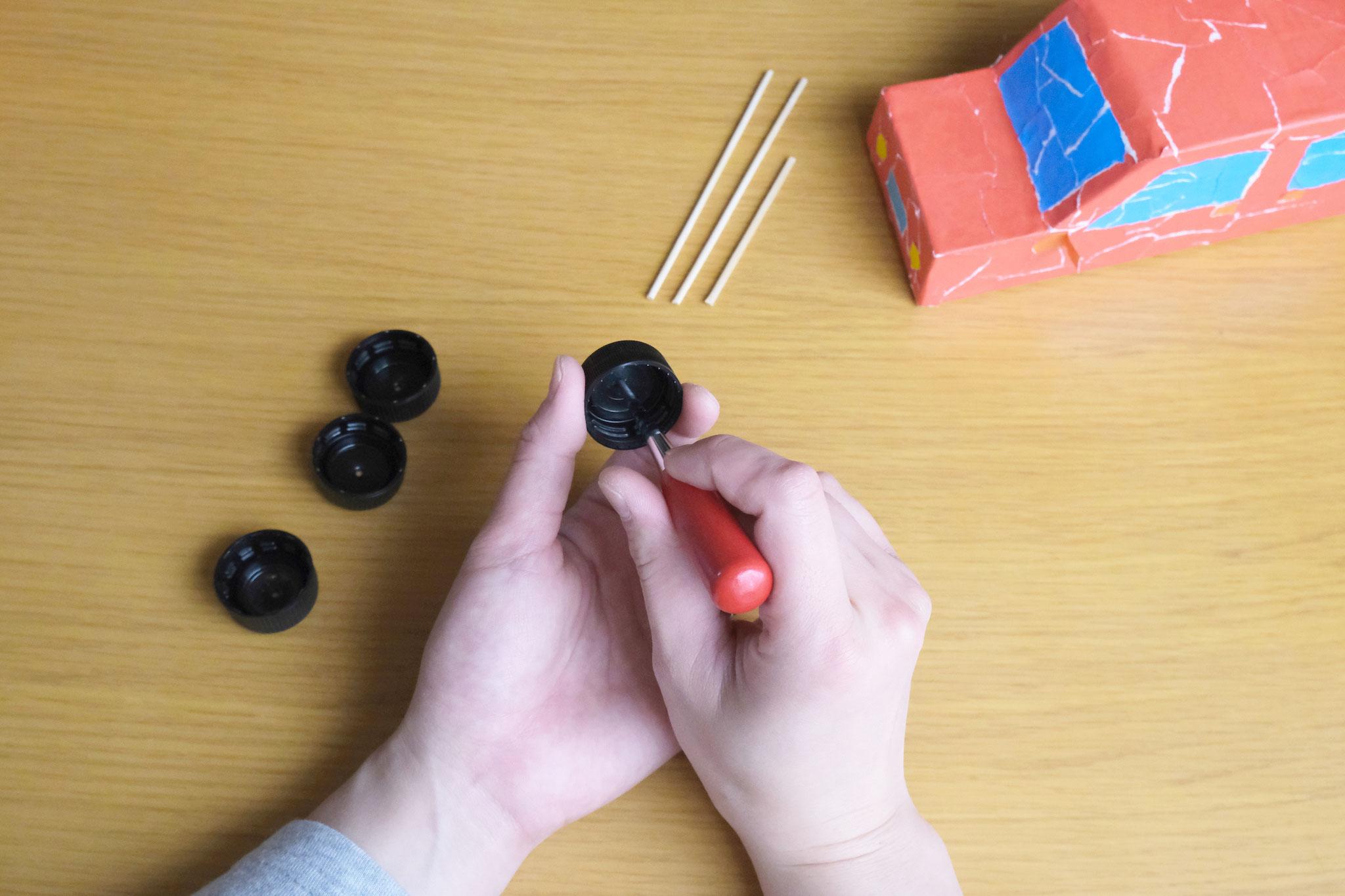 (3)ペットボトルのフタに目打ちやキリなどで穴を開ける。