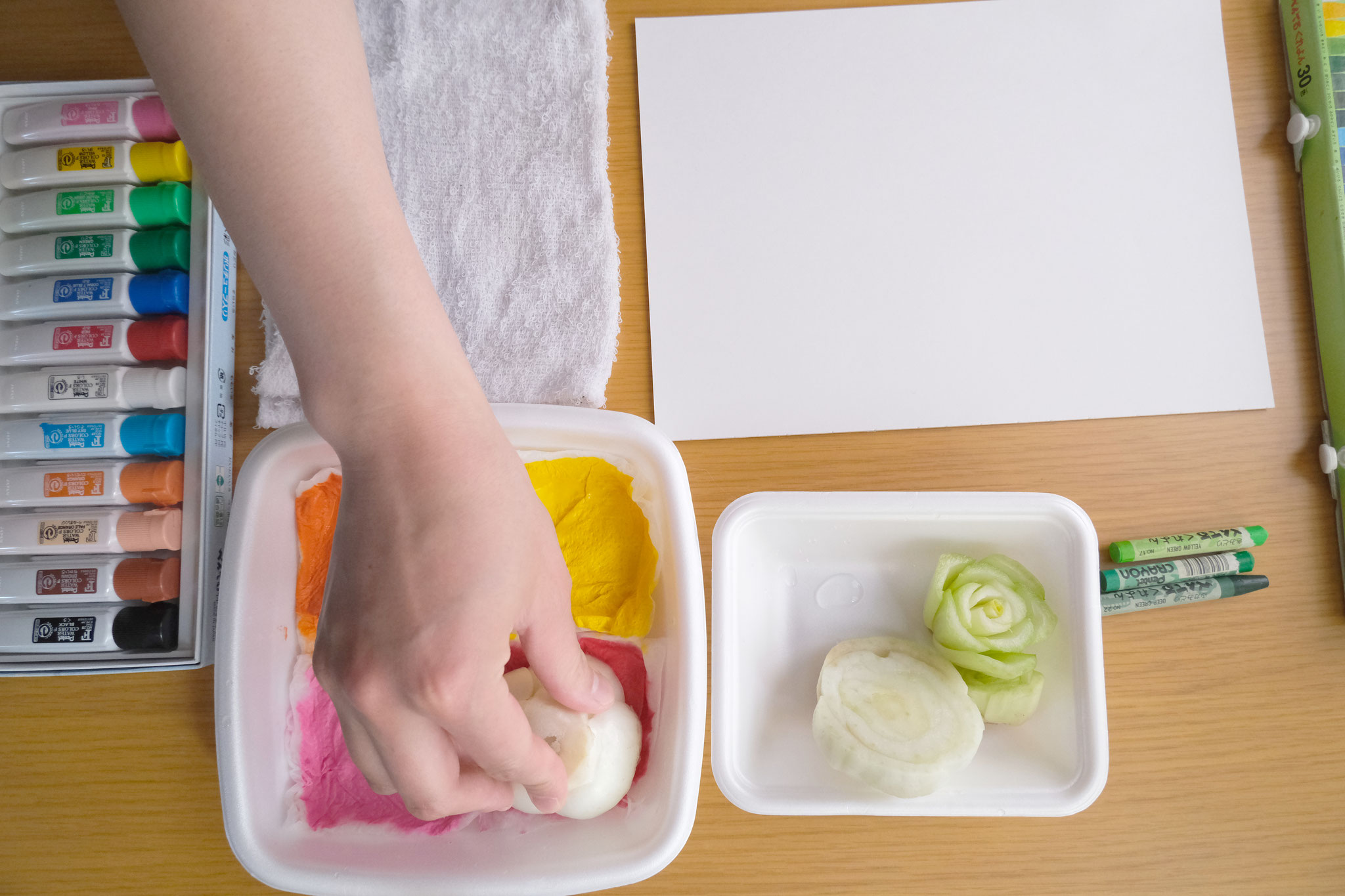 (2)チンゲン菜を手に取り、スタンプ台にギュッと押し付け…