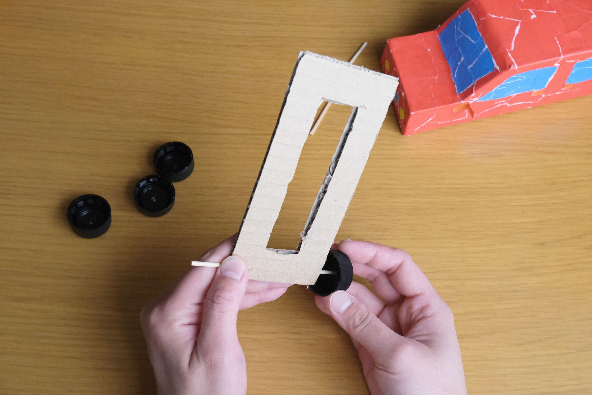(5)竹串の端にフタをつける。(前輪です)