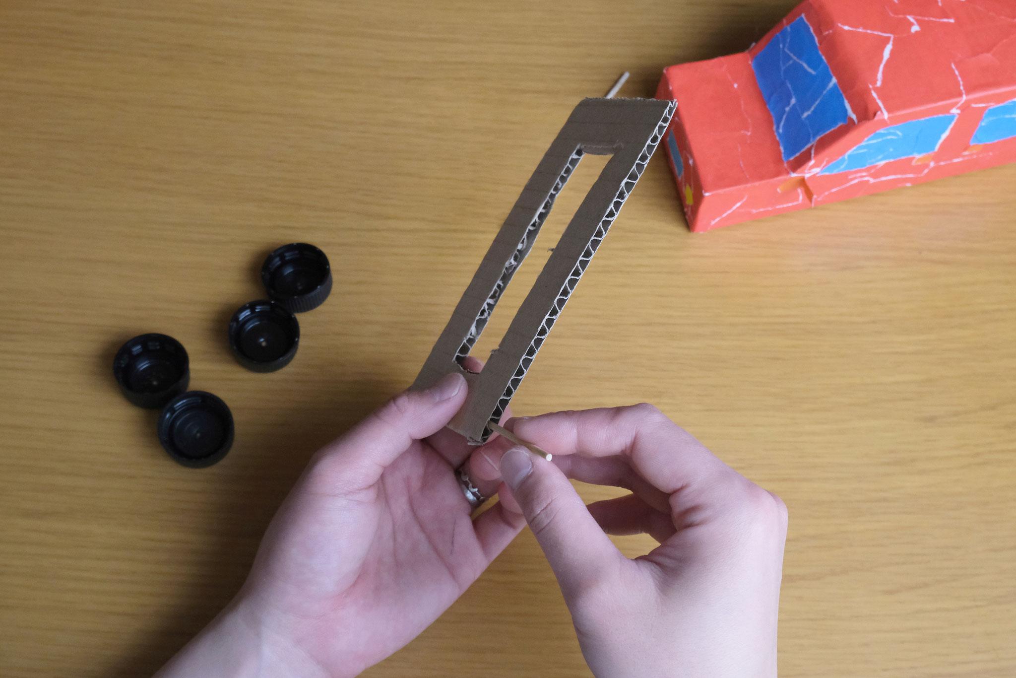 (4)ダンボールのナミ部分に11cmの竹串を通す。
