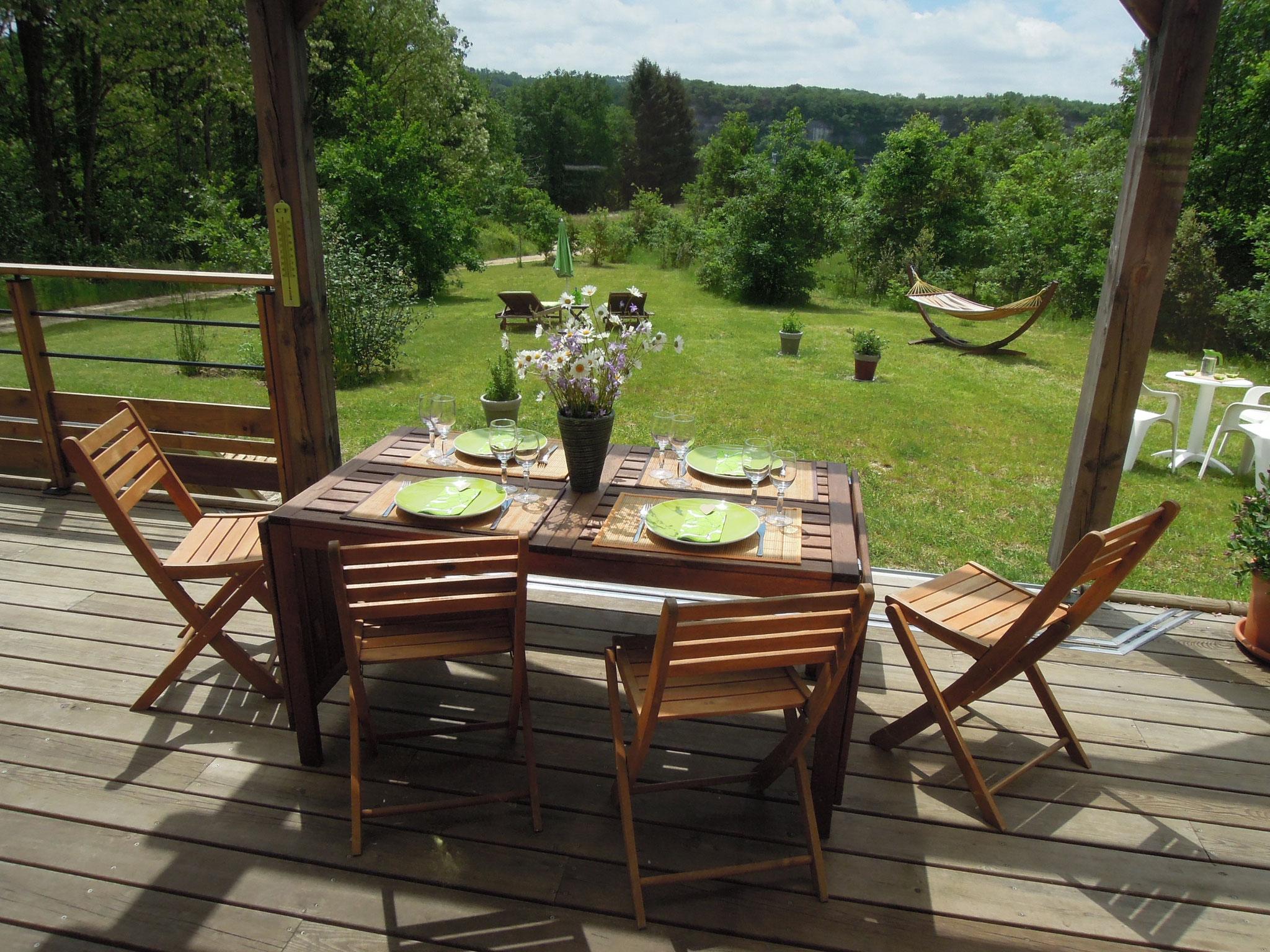 Profitez de la vue sur La Roque St Christophe pendant votre repas sur la terrasse