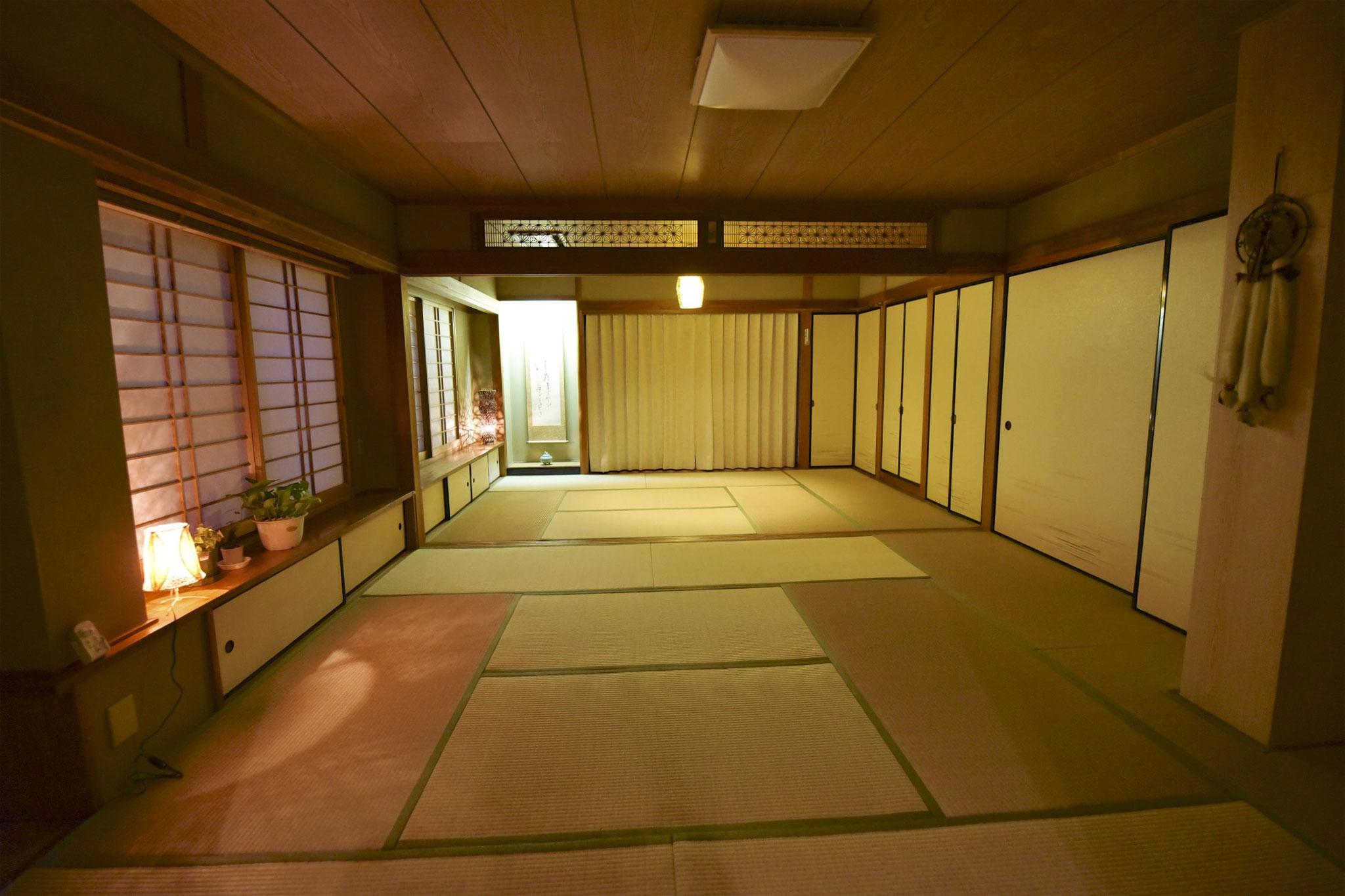 20畳の和室も夜は特別な癒しの空間に