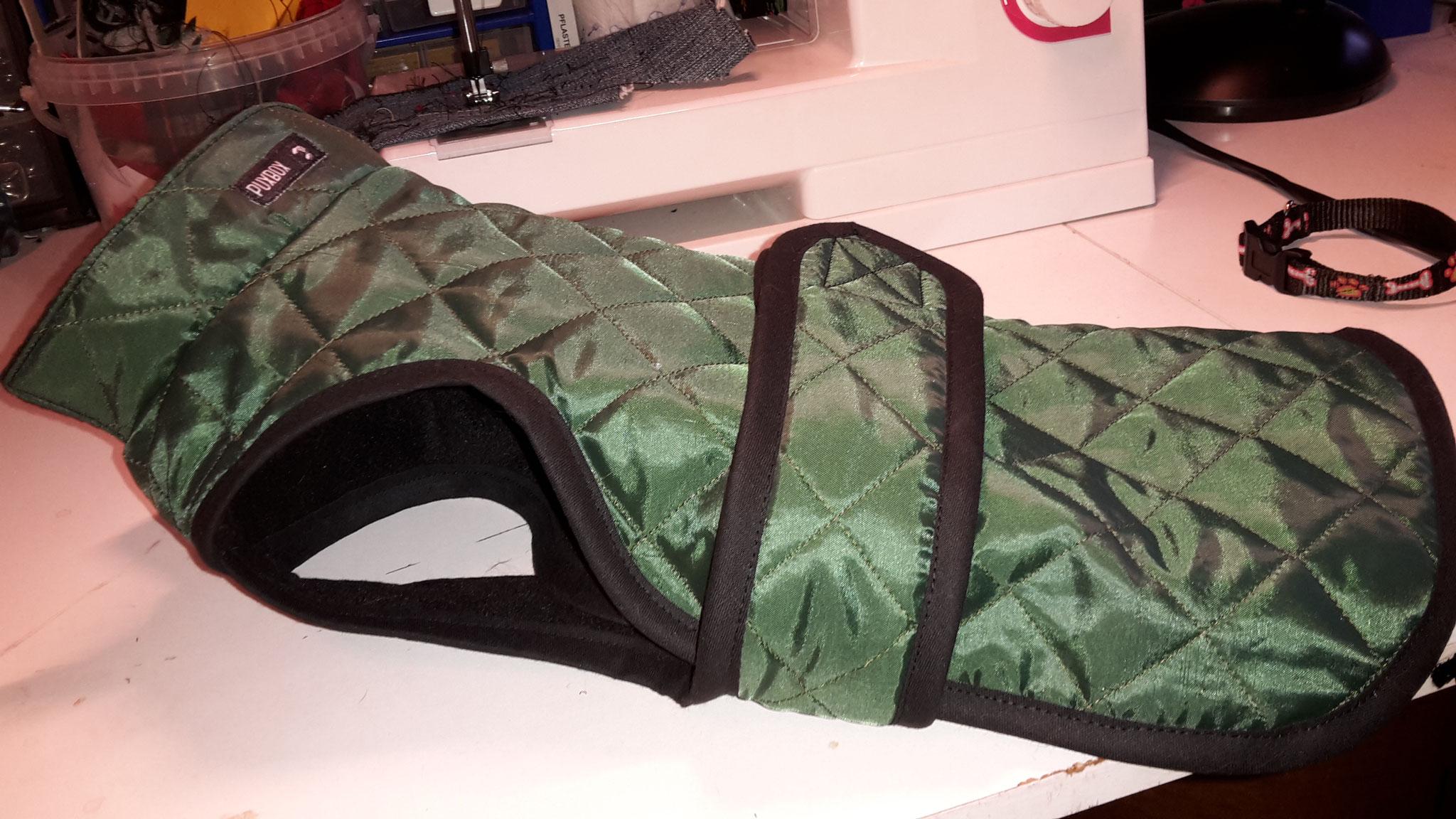 Mantel mit Kragen und Latz, Rückenlänge 33 cm, Preis 71,00 €