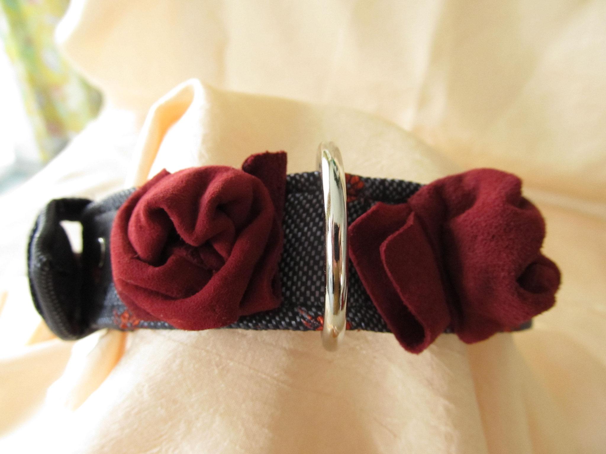 Trachtenhalsband mit Lederblümchen und Herznieten, Breite 3 cm, Halsumfang 34 cm, Preis 51,00 €