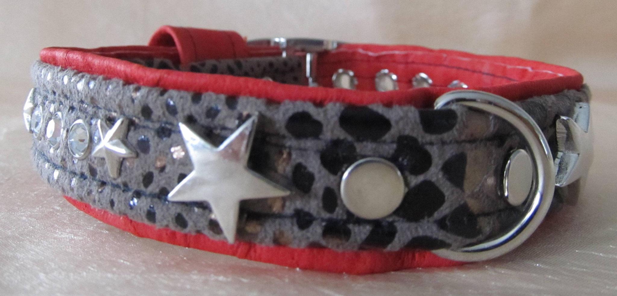 Exotisches Lederhalsband mit Stoffeinsatz und Ziernieten, Breite 2 cm, Halsumfang 23 cm, Preis 51,00 €