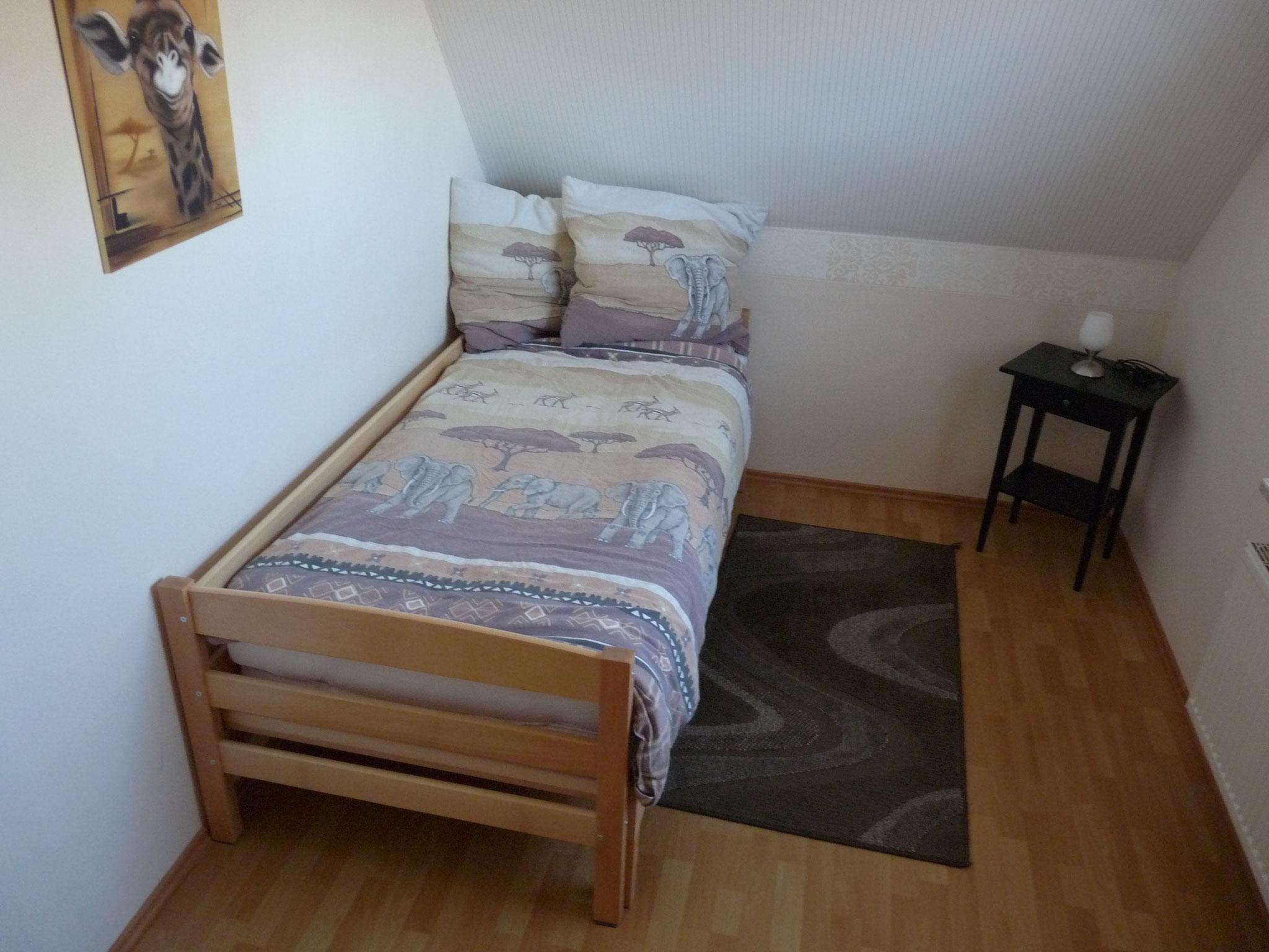 OG Schlafzimmer Nr. 2 mit 1 Bett (90cm x 200cm)