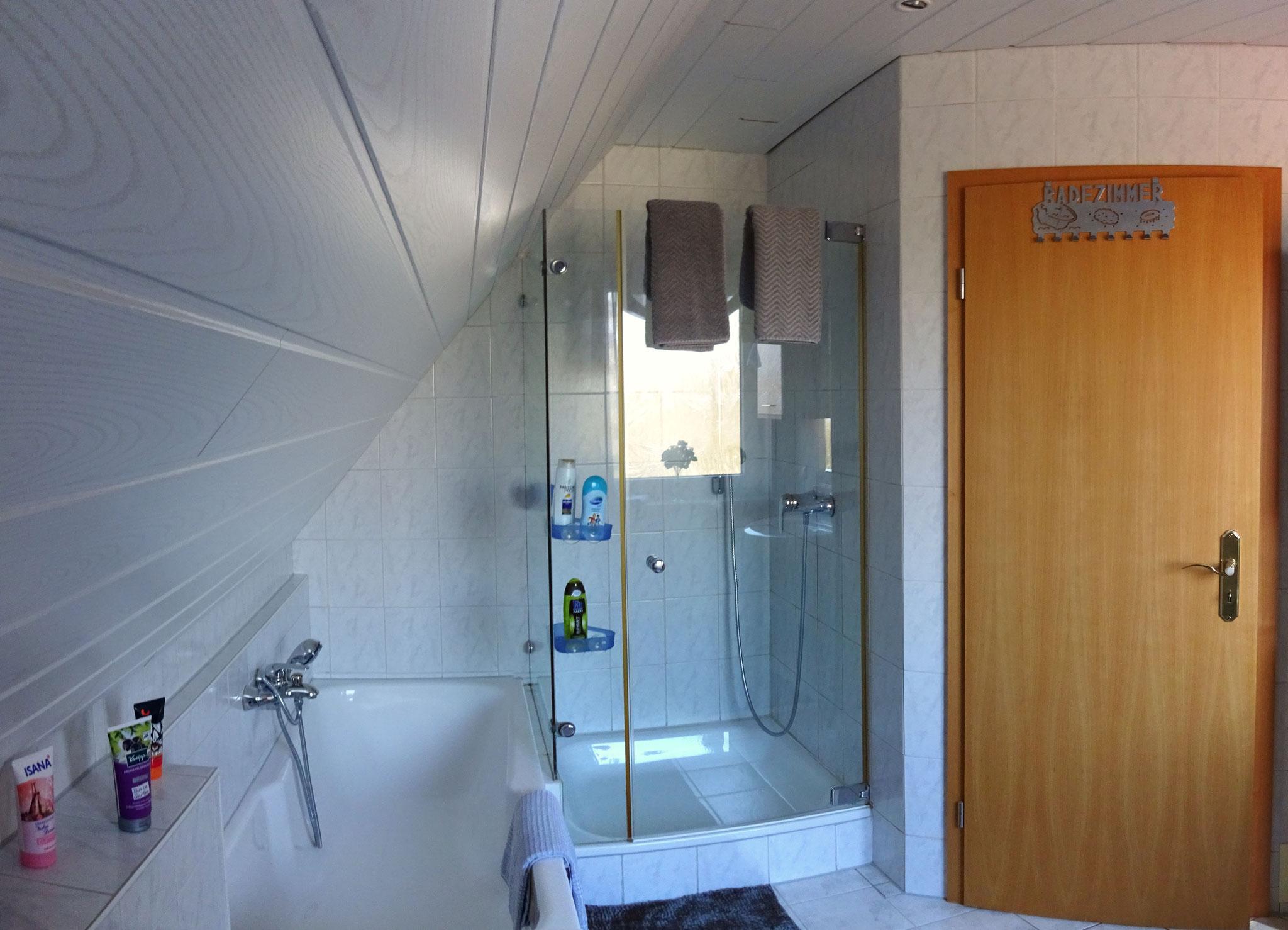 OG Badezimmer mit Dusche & Wanne