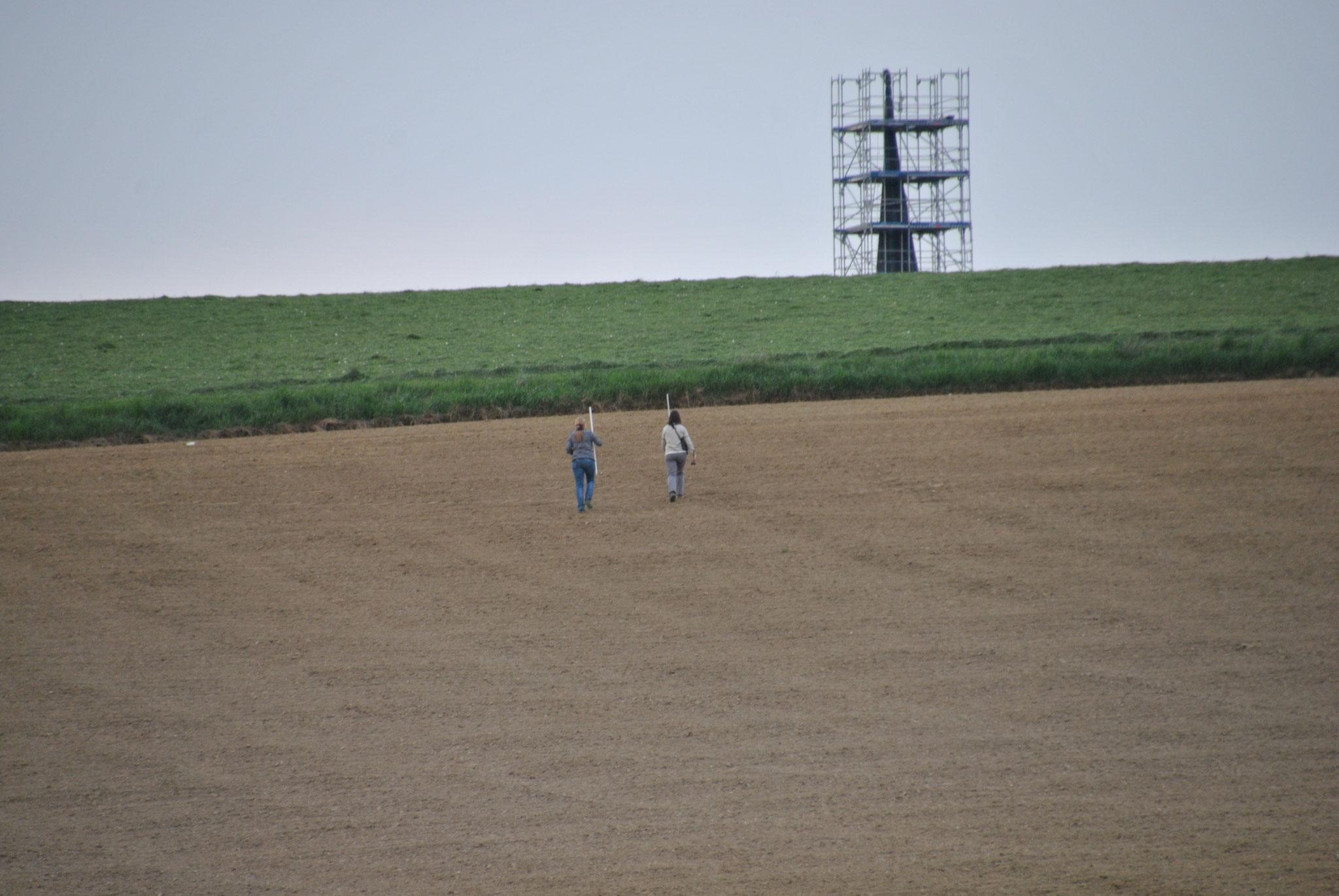 Elisabeth Herold und Daniela Kiermeier beim Suchen des Nests © Ingrid Schubert
