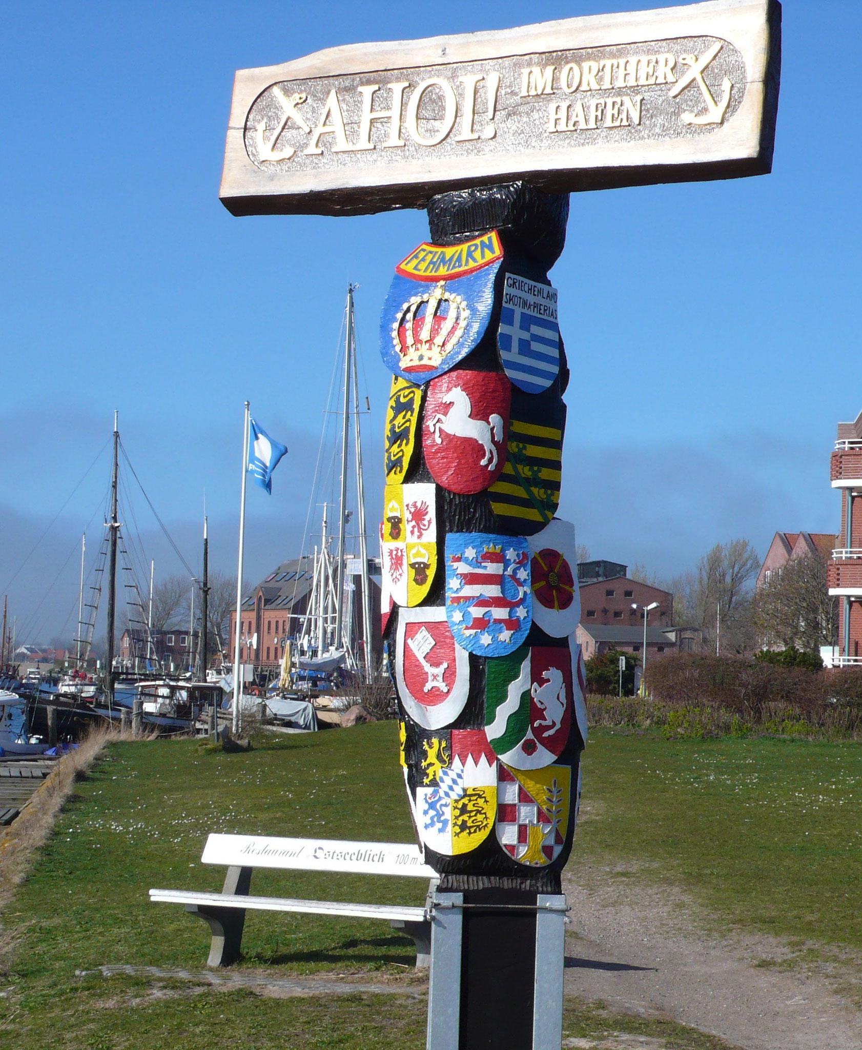 Willkommen im Hafen Orth auf Fehmarn, Mast mit Bundesländern