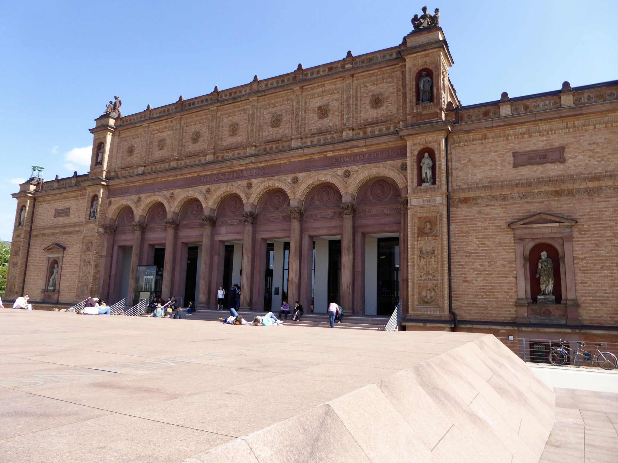 Blick auf den Eingang der alten Kunsthalle