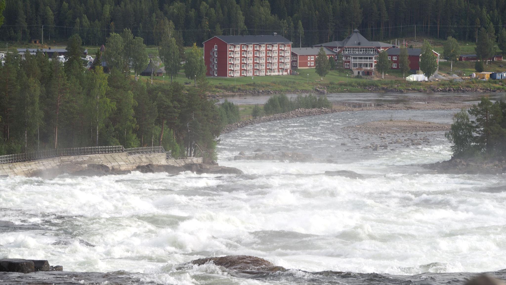 Blick vom Storforsen zum Hotel/Campingplatz