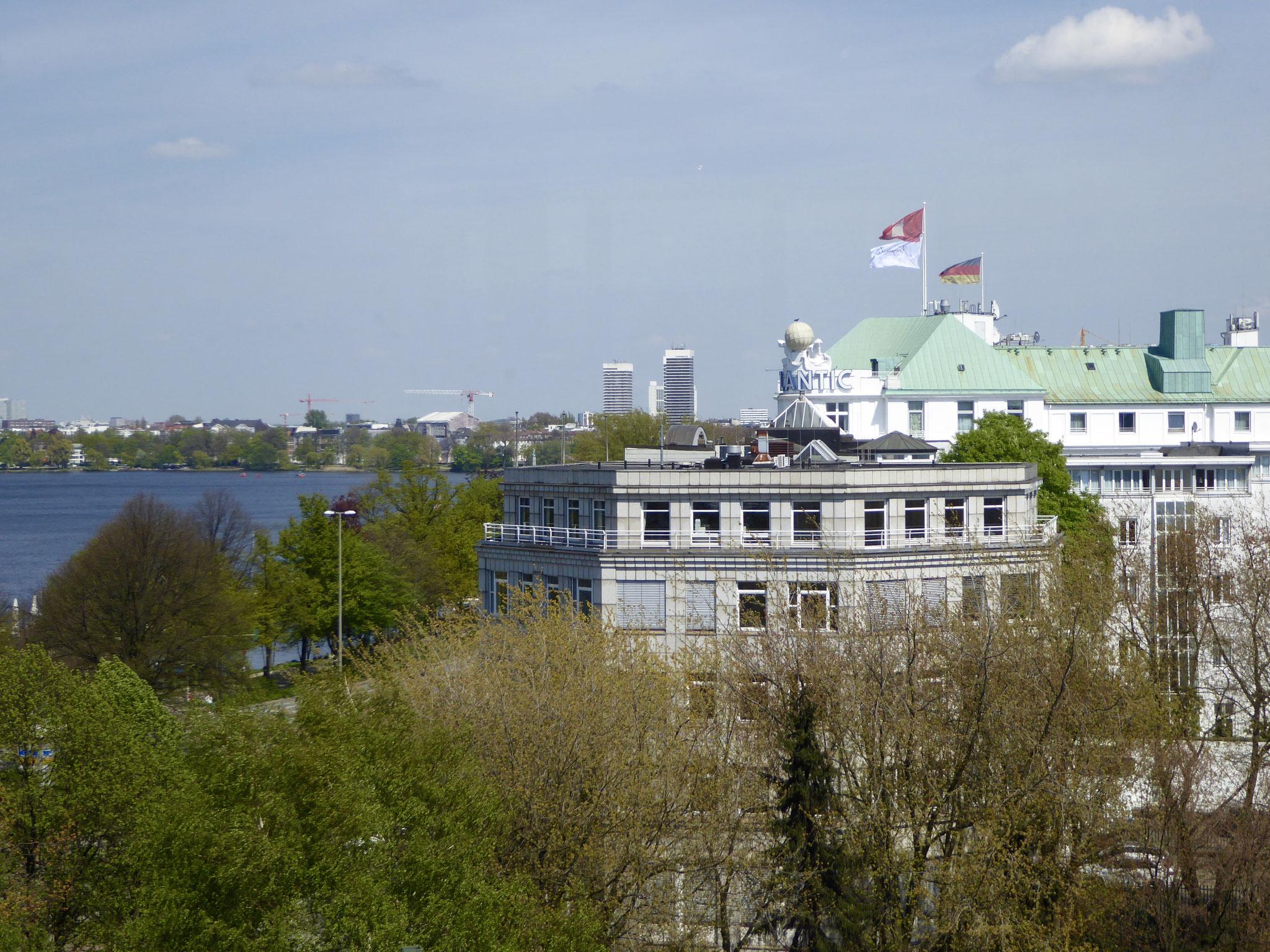 Blick auf Hotel Atlantik und die Außenalster