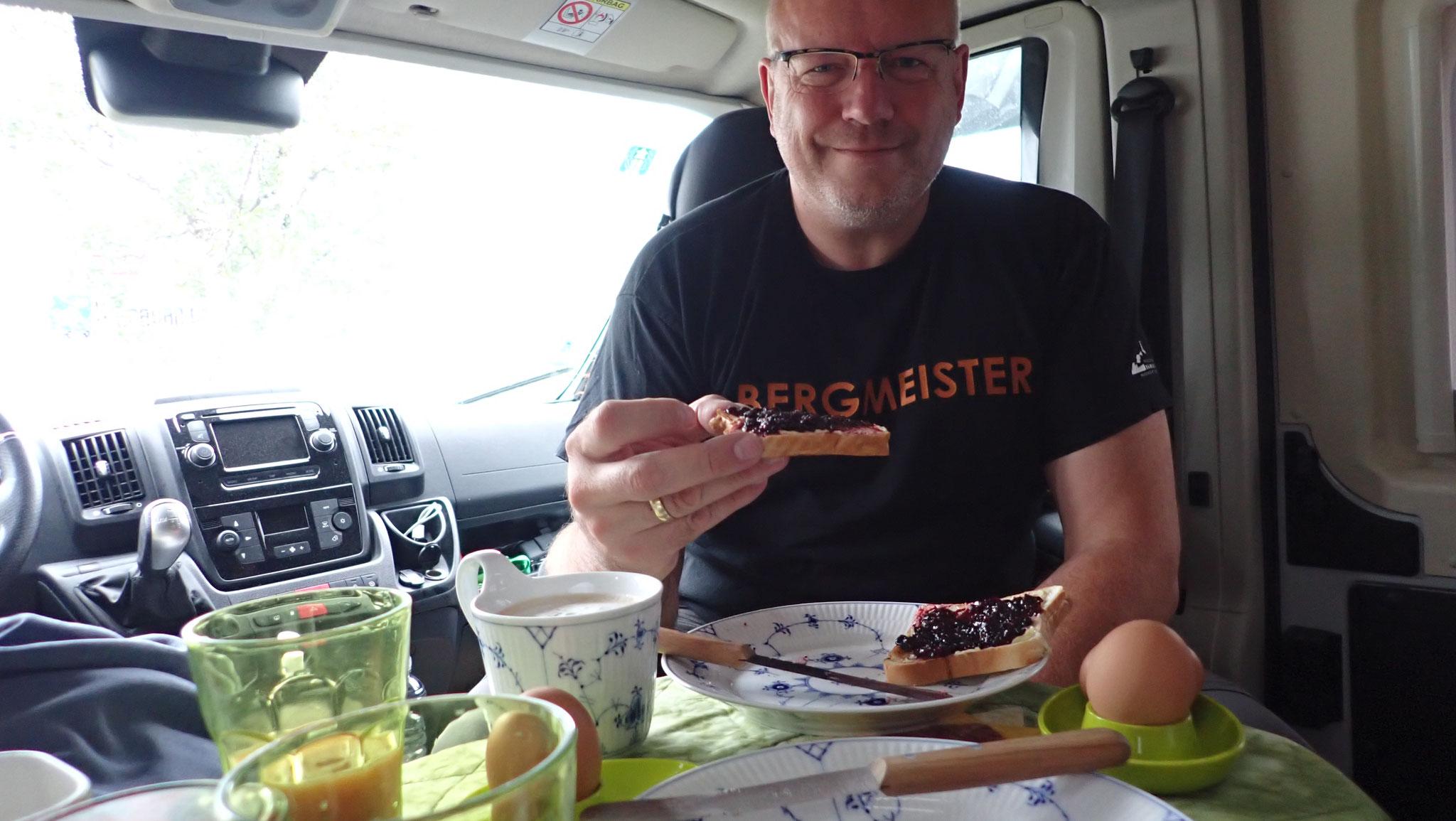Frühstück mit frischer Blaubeermarmelade