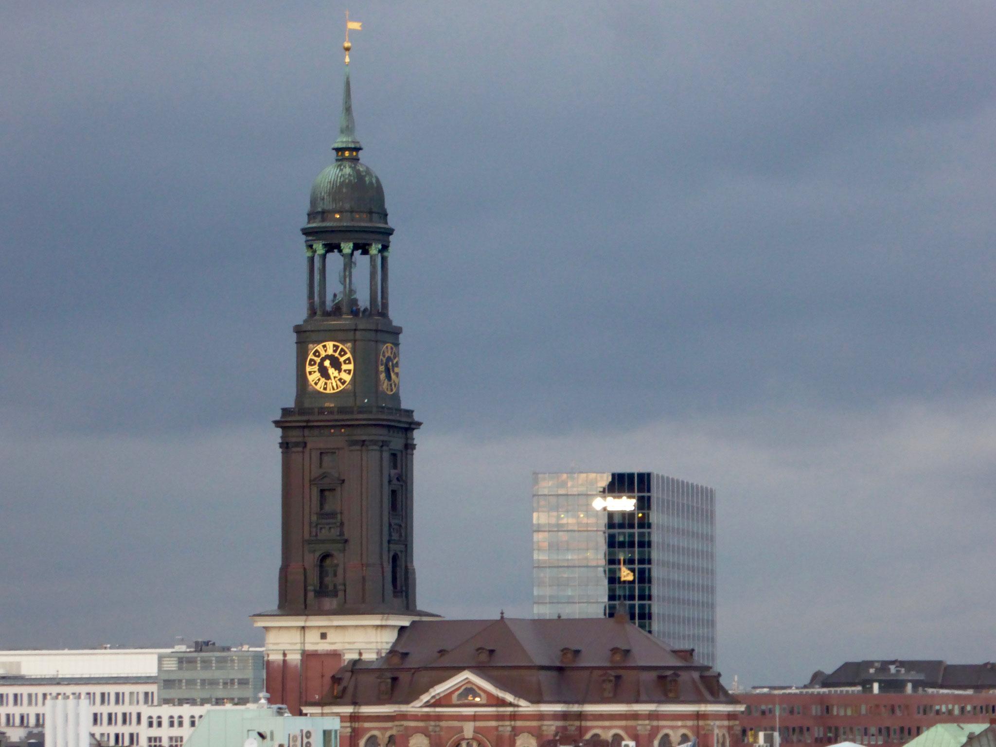 Blick auf Hamburgs altes Wahrzeichen der Michel