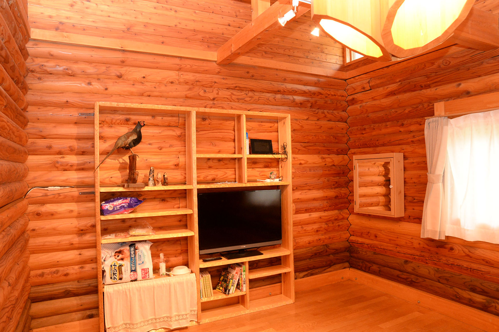 洋間;飾り棚は私の手造りです。飾り棚左下と右のミラーボックスにワンちゃん用品を入れています。