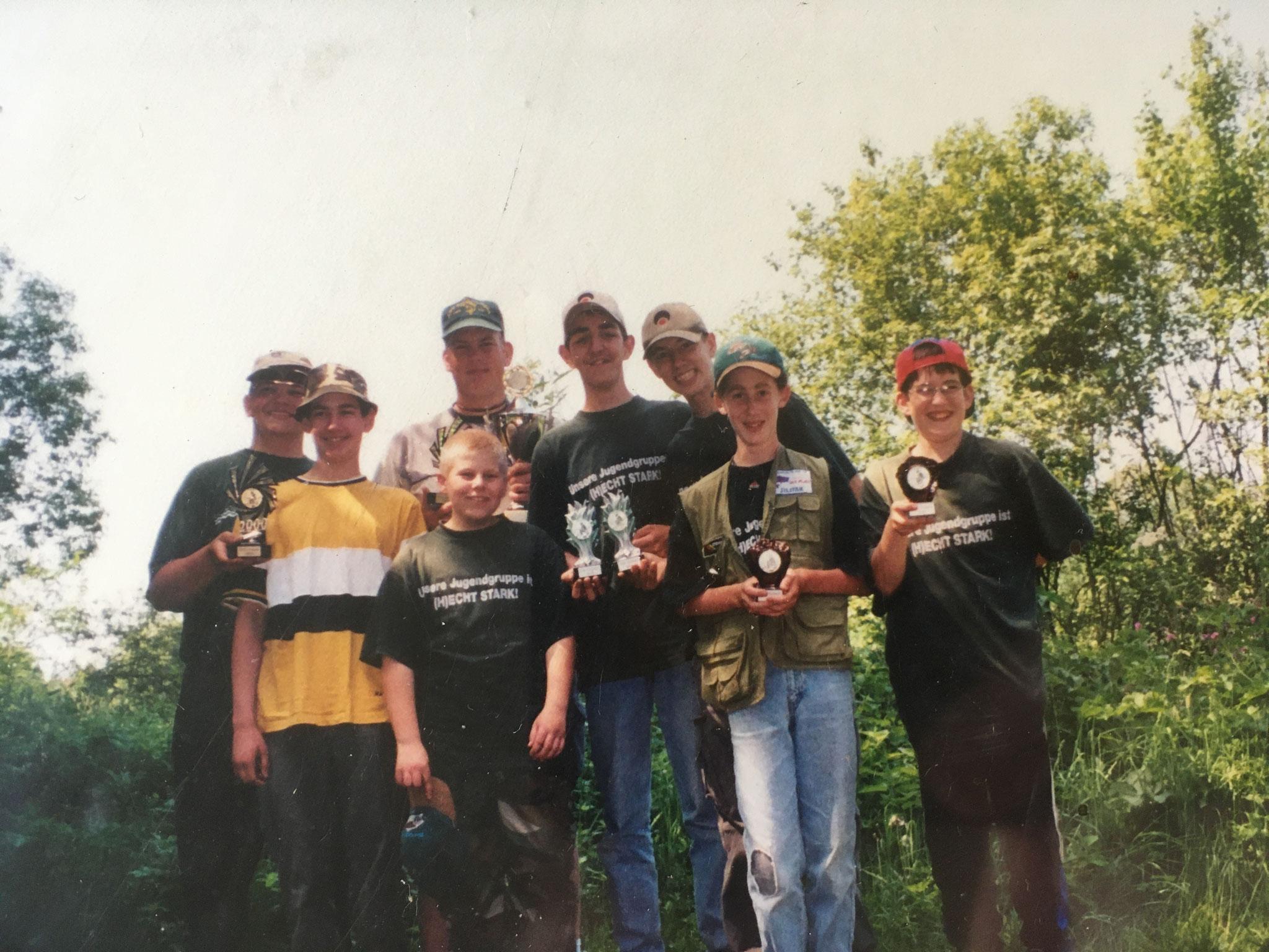 Die erfolgreiche Jugendgruppe nach einem Freundschaftsfischen beim ASV Nalbach 2000