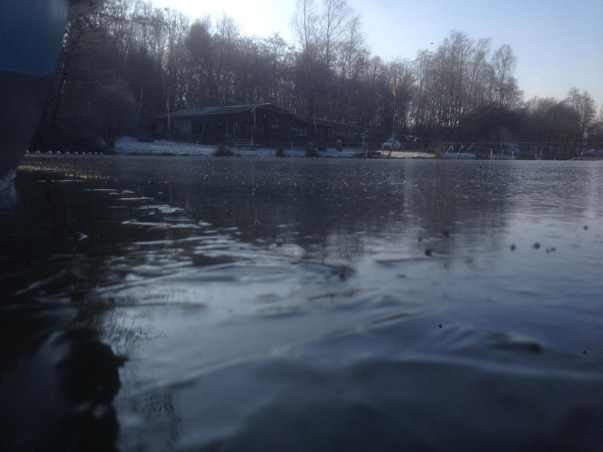 Blick über den zugefrorenen Weiher