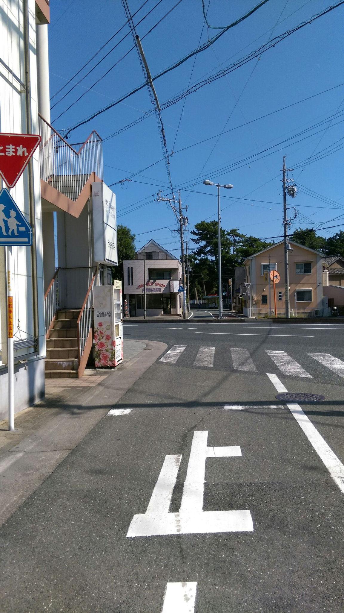48号線からご来店の方は、そのまま舘山寺街道を左折、すぐにまた左手のかどや薬局にお入りください。