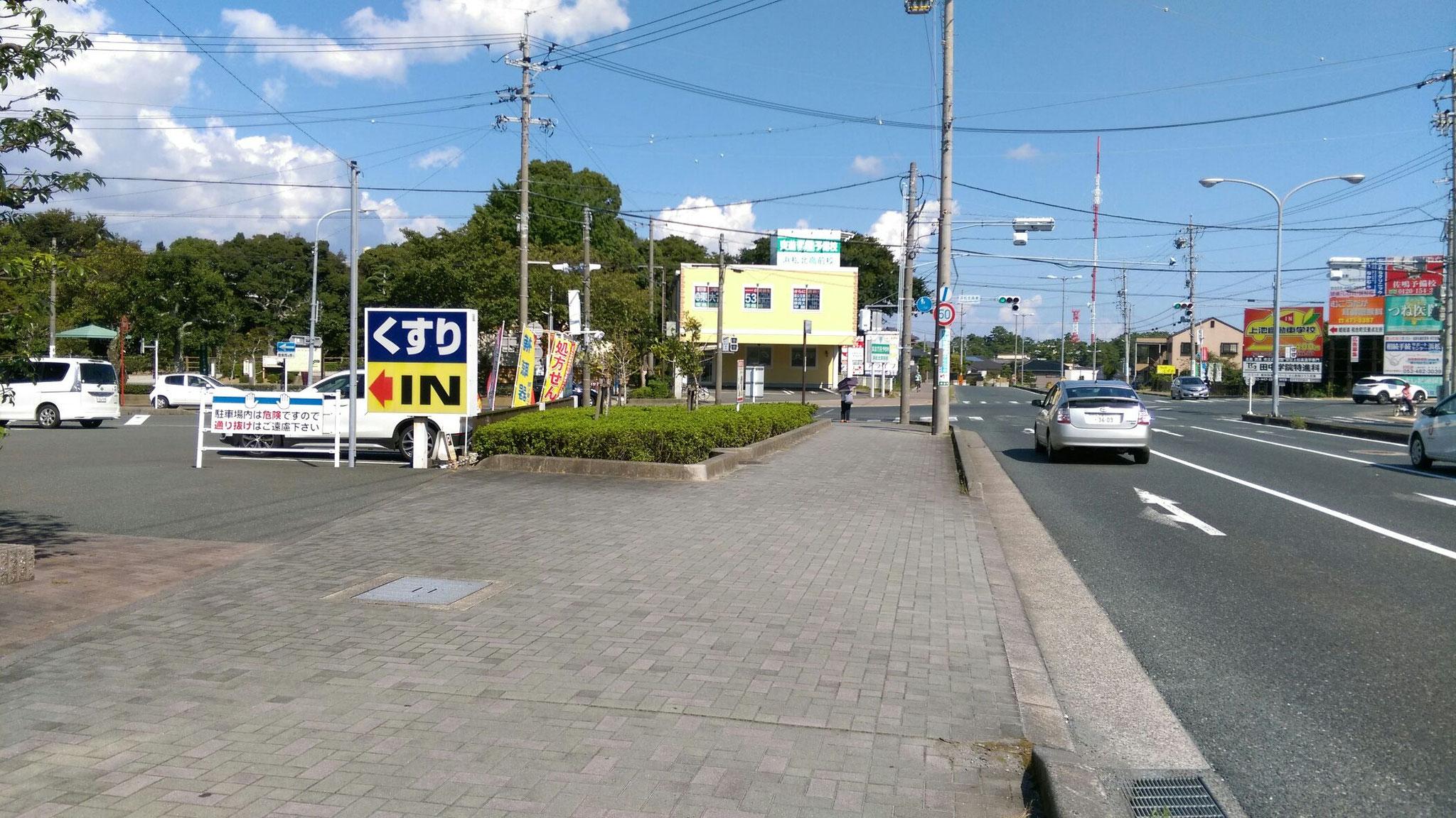 舘山寺街道 冨塚方面からの駐車場入り口