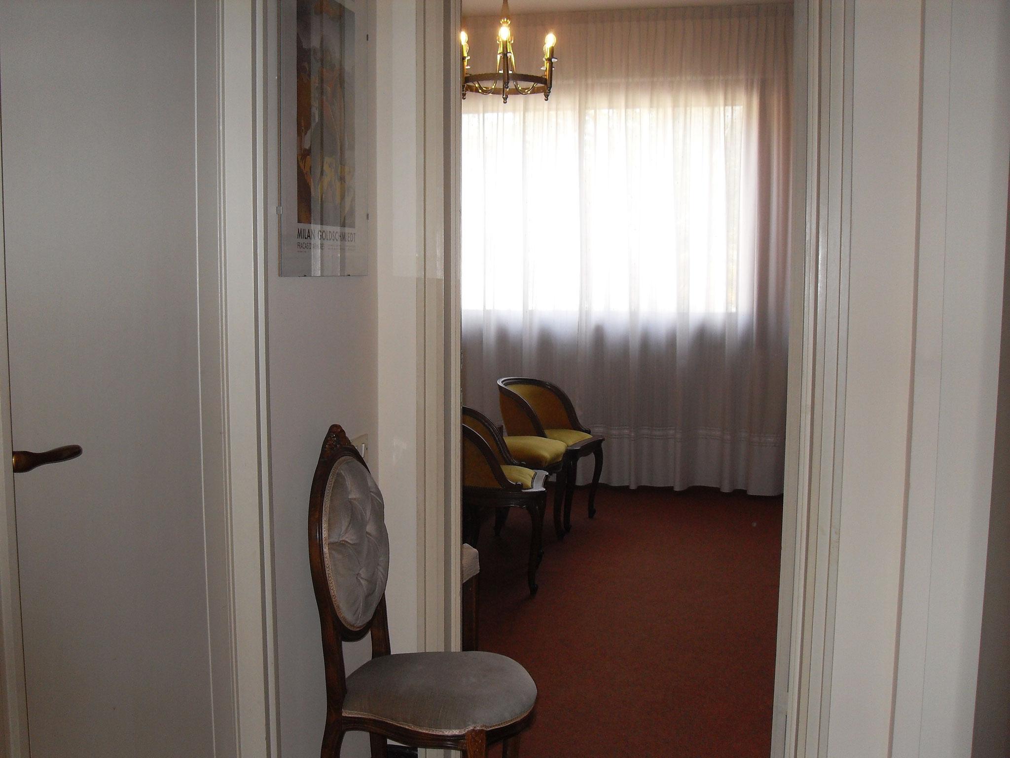 Corridoio anticamera a sinistra il bagno.