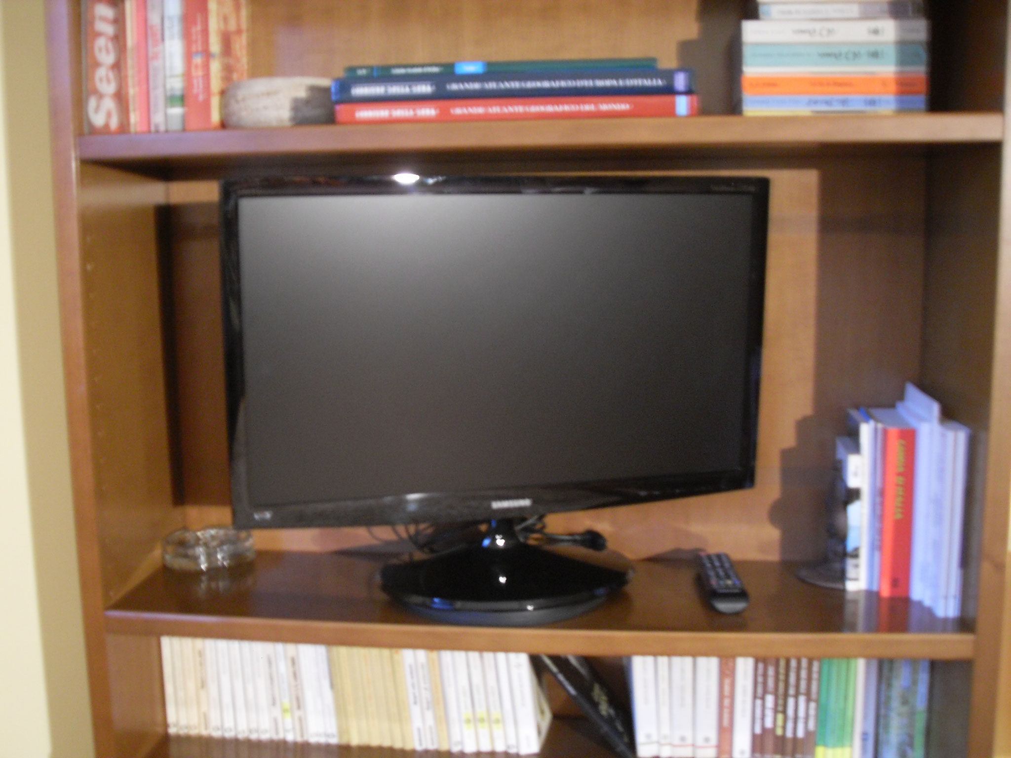 "Tv samsung led 28"", HDMI, Usb, Scart- Libri in varie lingue."