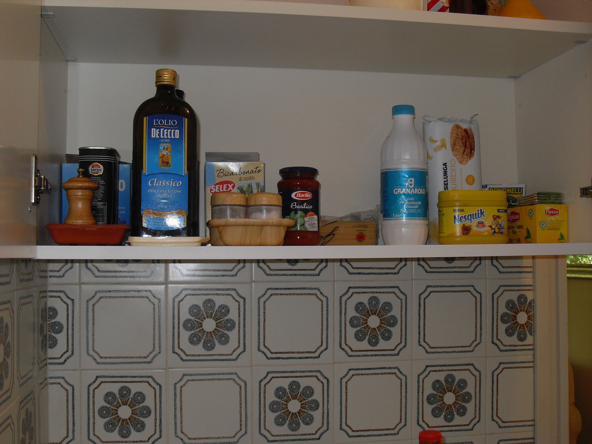 In der Küche stehen den Gästen zur Verfügung: natives Olivenöl extra, Essig, grobes Salz, feines Salz. Zucker, Kaffee, Tee, Kamille, etc.