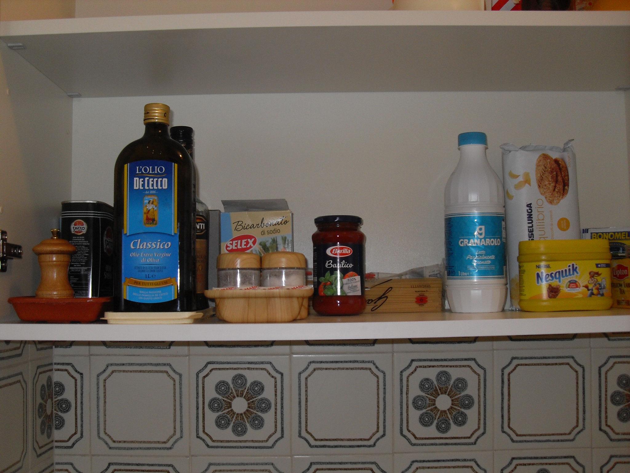 Cucina: Piccola dispensa con generi di prima necessita' a disposizione.