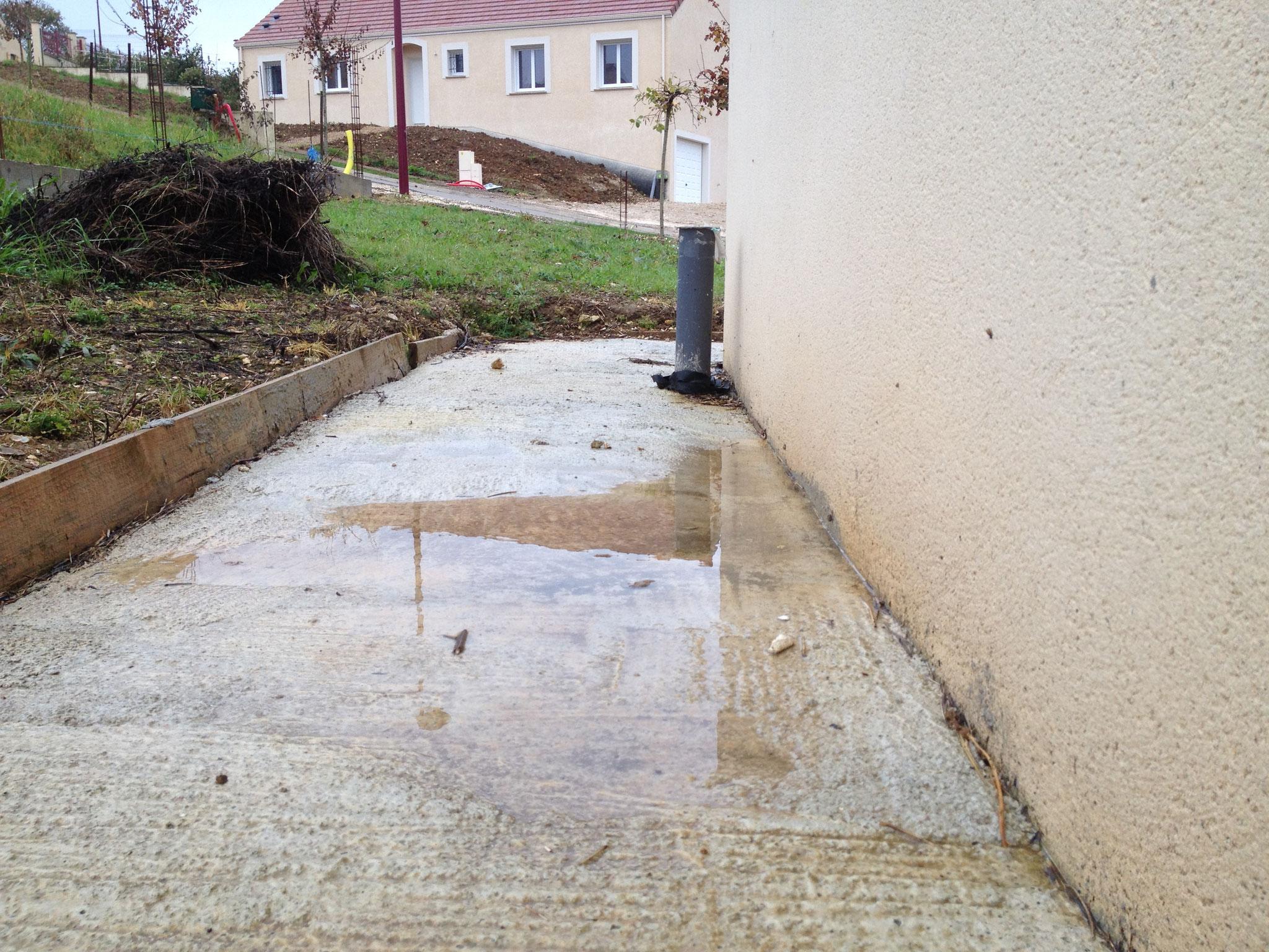 Malfaçon : la contrepente provoque une mauvaise évacuation des eaux pluviales, absence de joint de dilatation