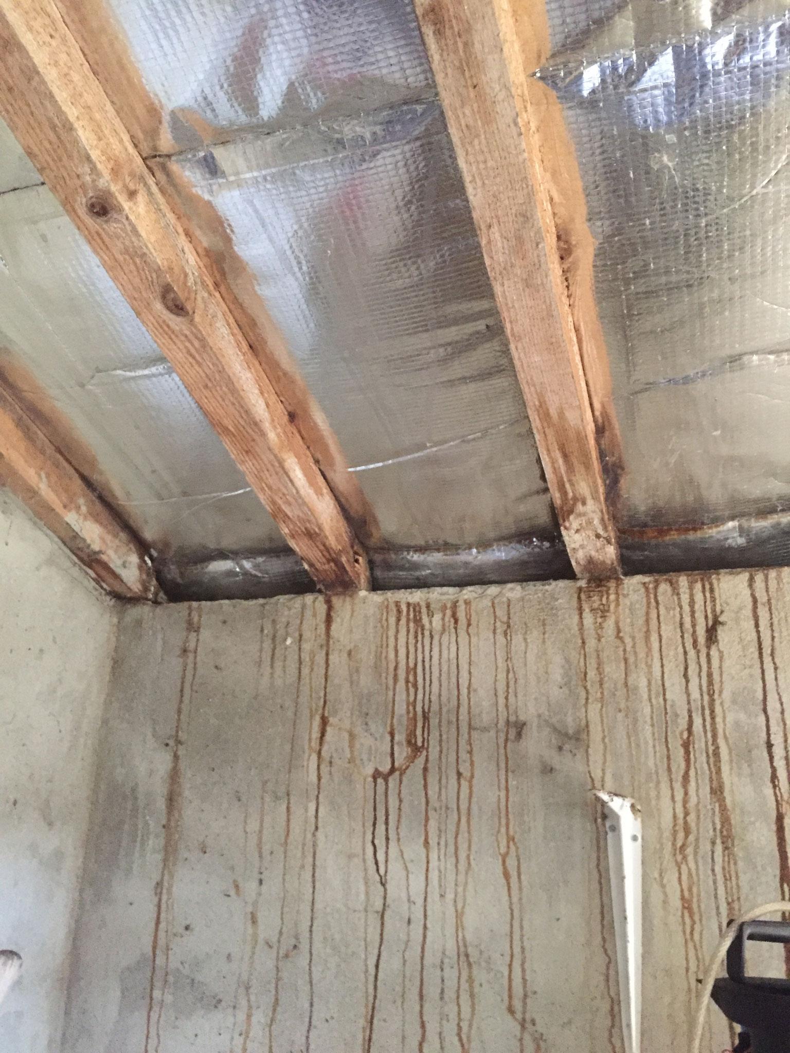 Exemple d'une mauvaise mise en oeuvre de l'isolant qui provoque condensation et ruissellement