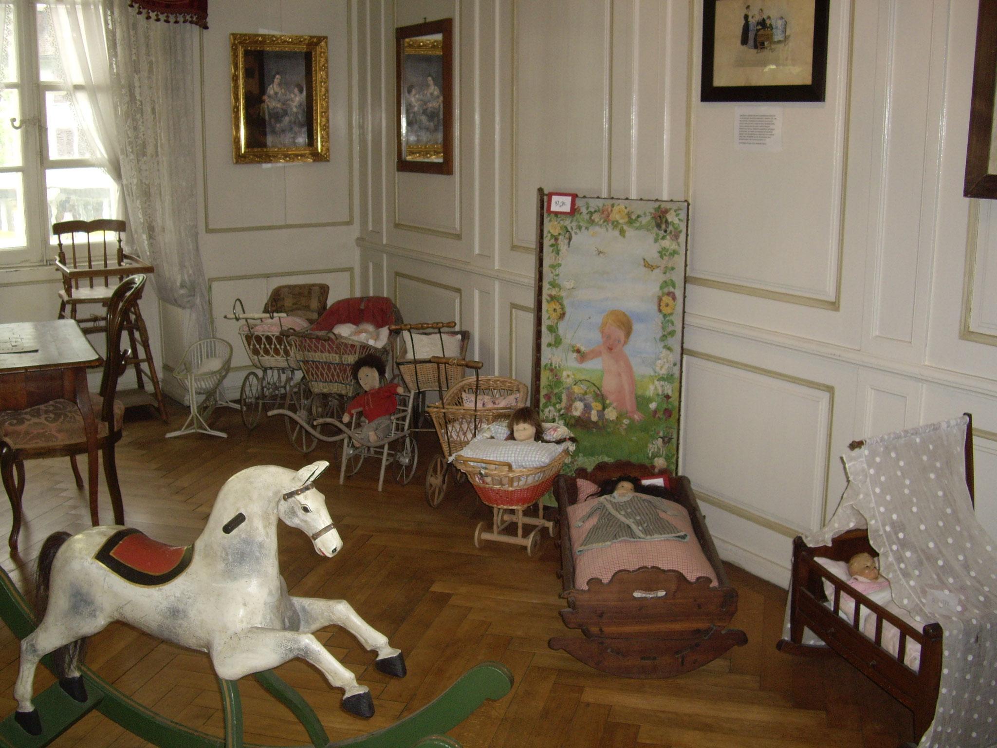 Puppenwagen und Schauckelpferd