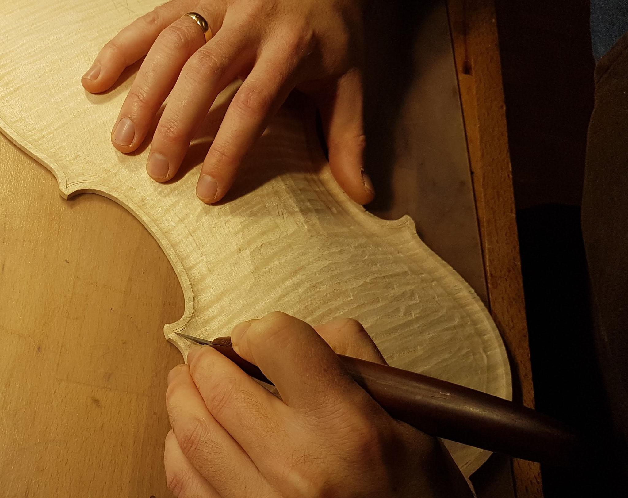 Mit einem Doppelmesser wird der sog. Adergraben entlang des Umrisses angeritzt und anschließend mit einem Schnitzmesser vertieft.