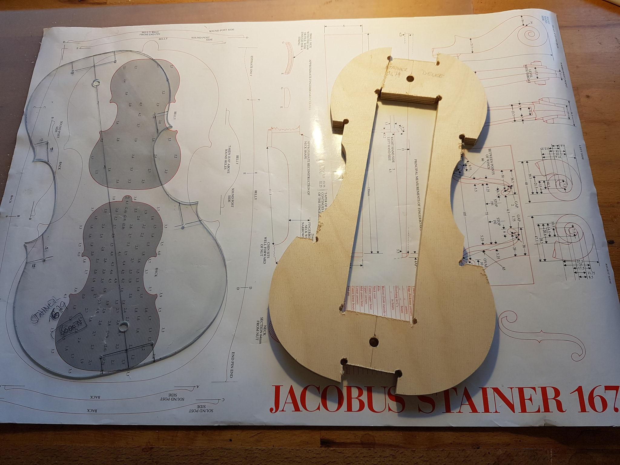 Da wir leider kein Originalinstrument als Vorlage haben, bedienen wir uns Fachbüchern und Plakaten wie diesem, nach dem wir die Schablonen für den Korpus herstellen.