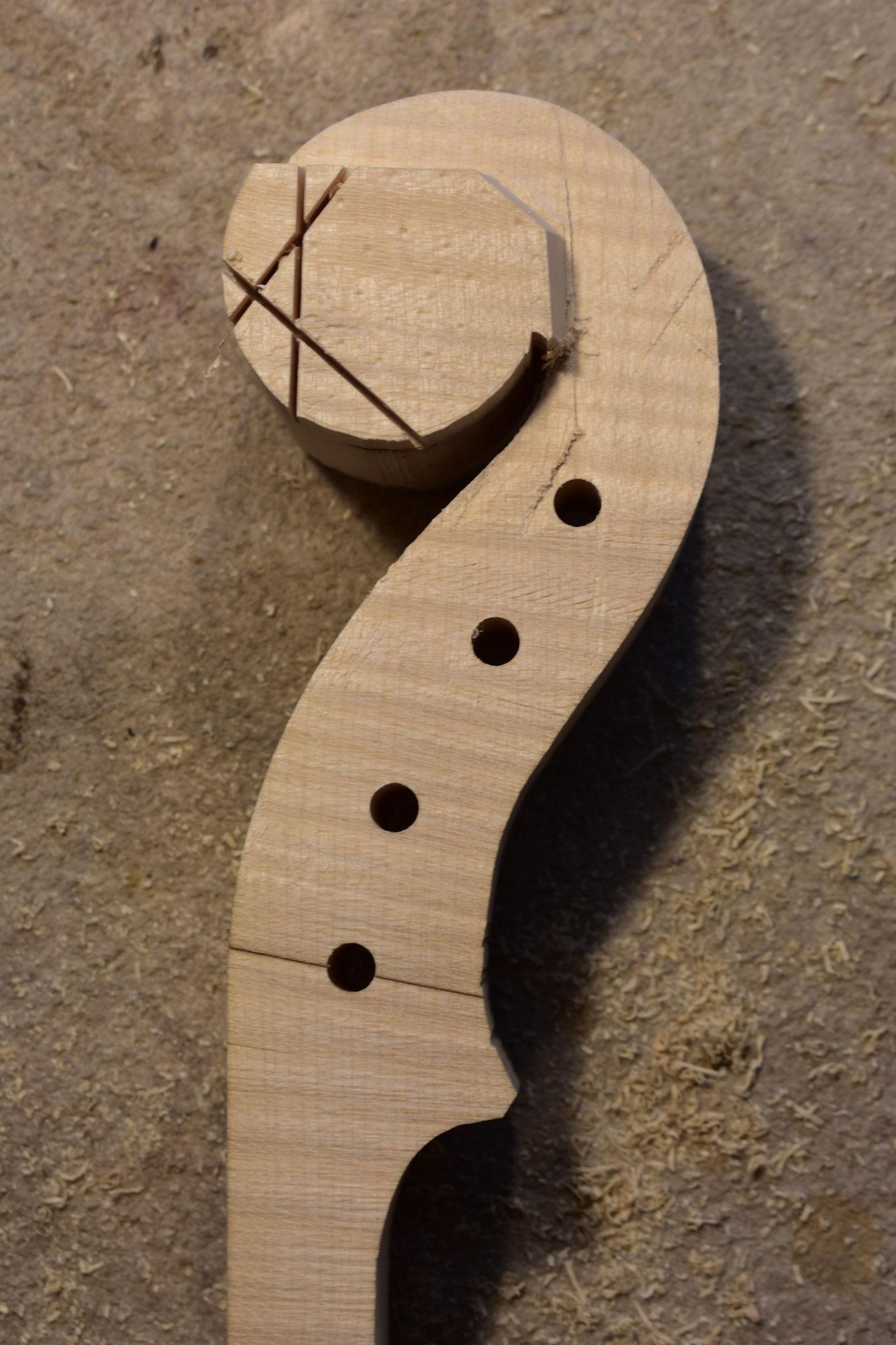 Durch weitere Sägeschnitte wird die Form langsam sichtbar.