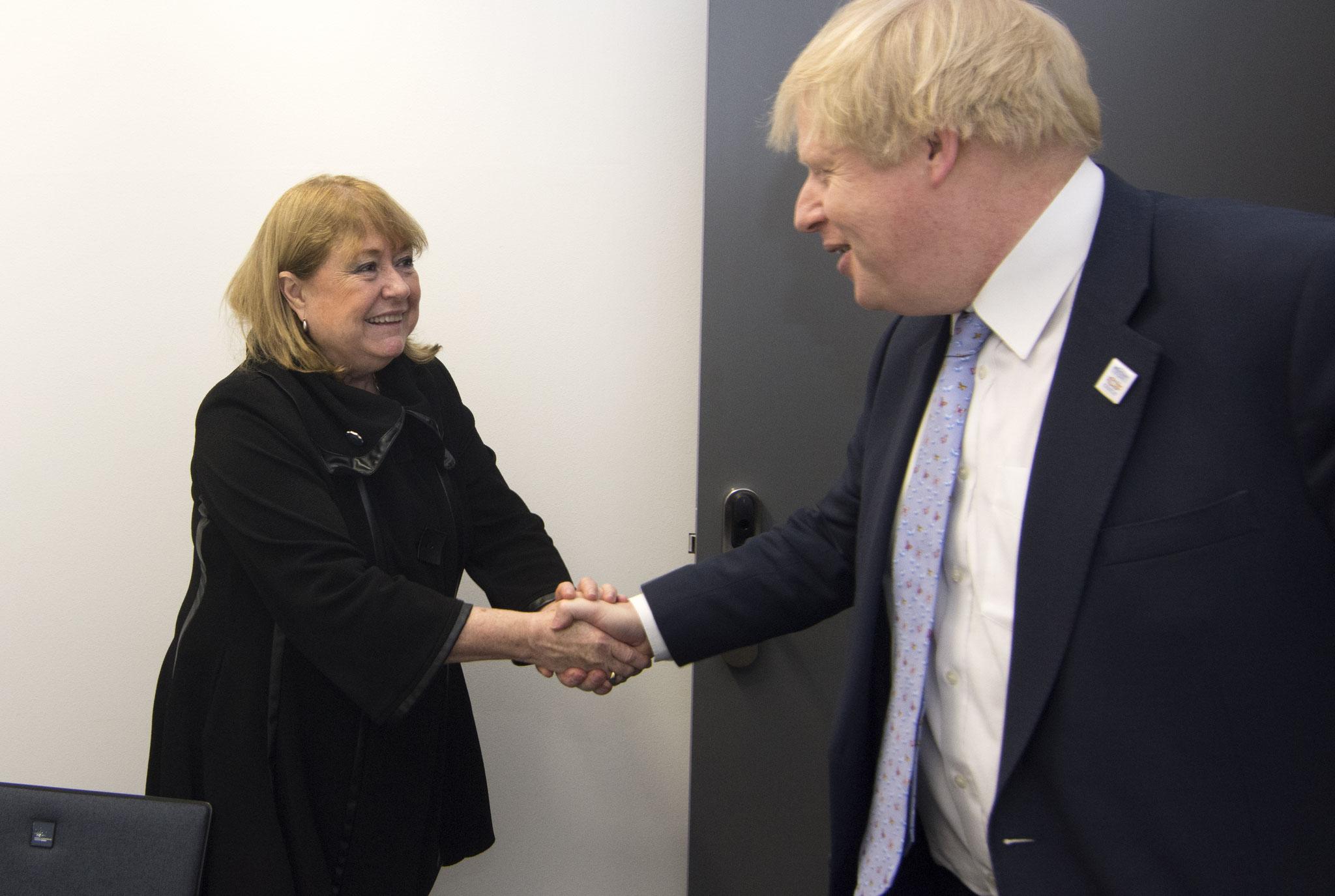 Argentiniens Außenministerin Susana Malcorra mit Großbritanniens Außenminister Boris Johnson