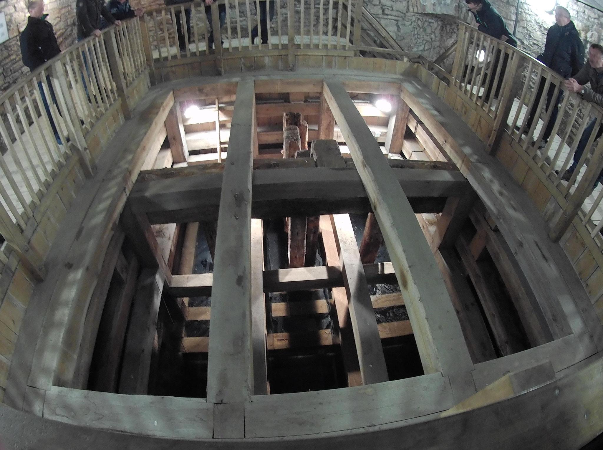 einer der Salzbrunnen mit Holzausbau