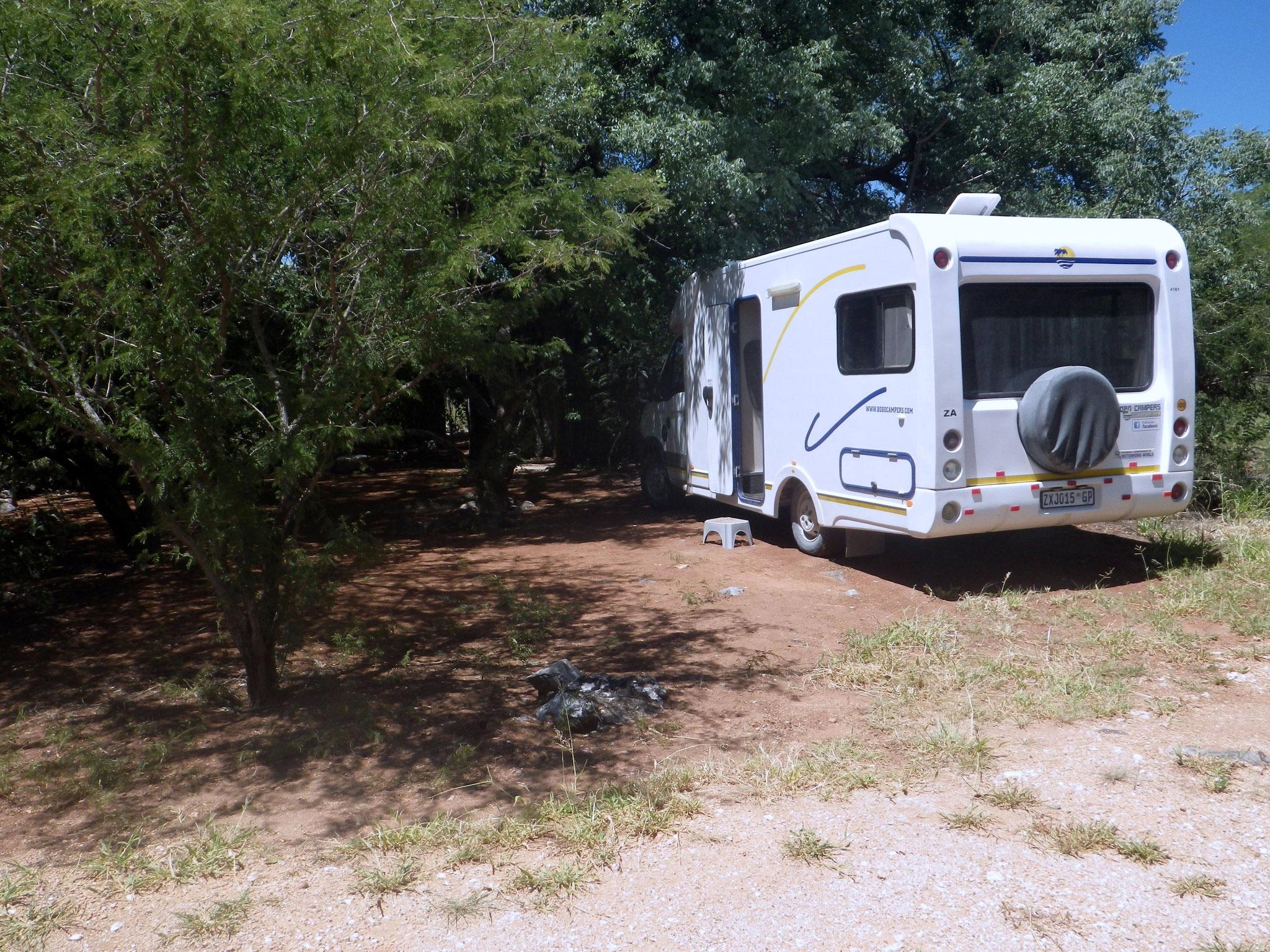 Campsite auf einer Lodge mit Dusche unter Bäumen