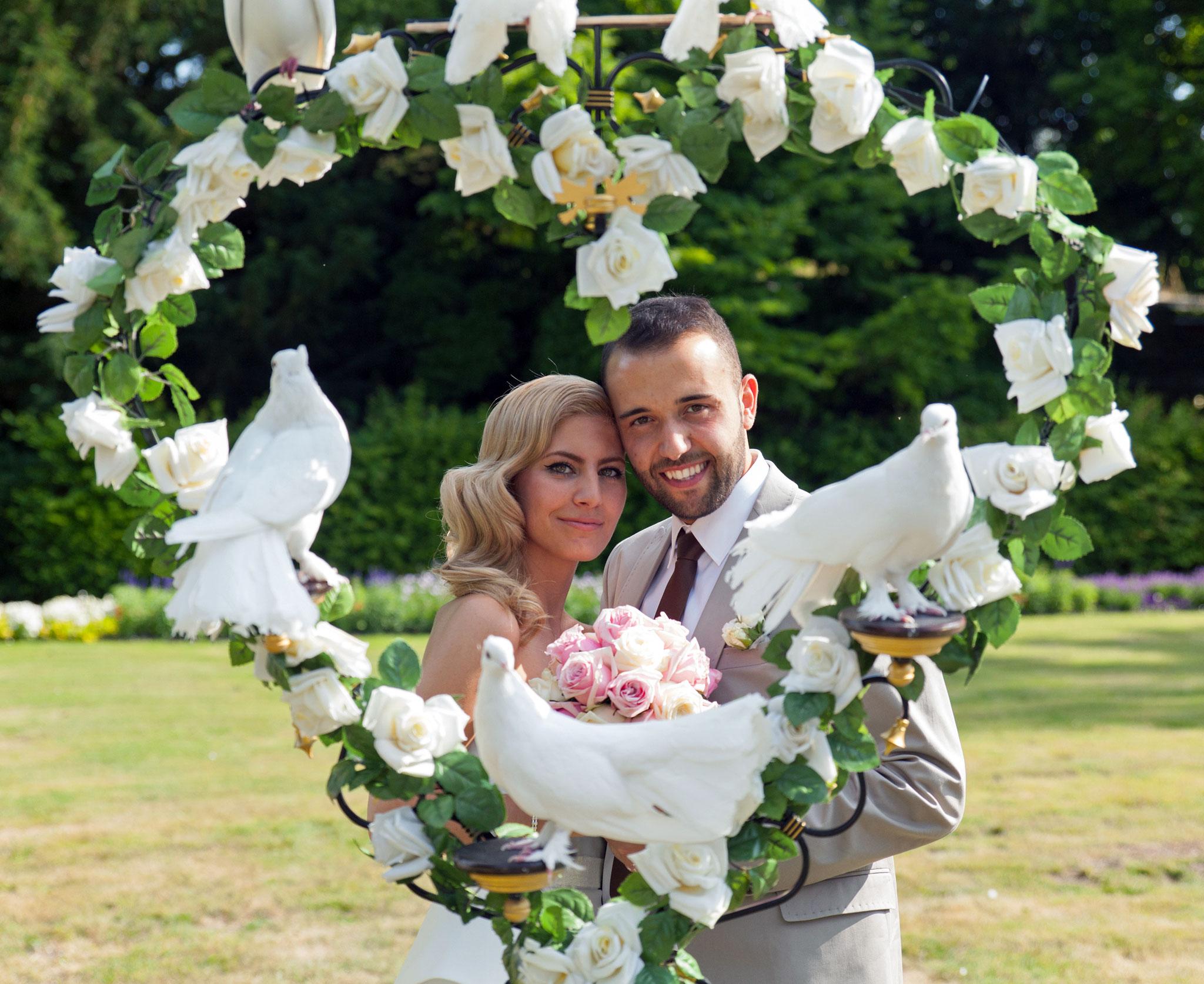 Brautpaar im  Rosenherz  mit weißen Tauben