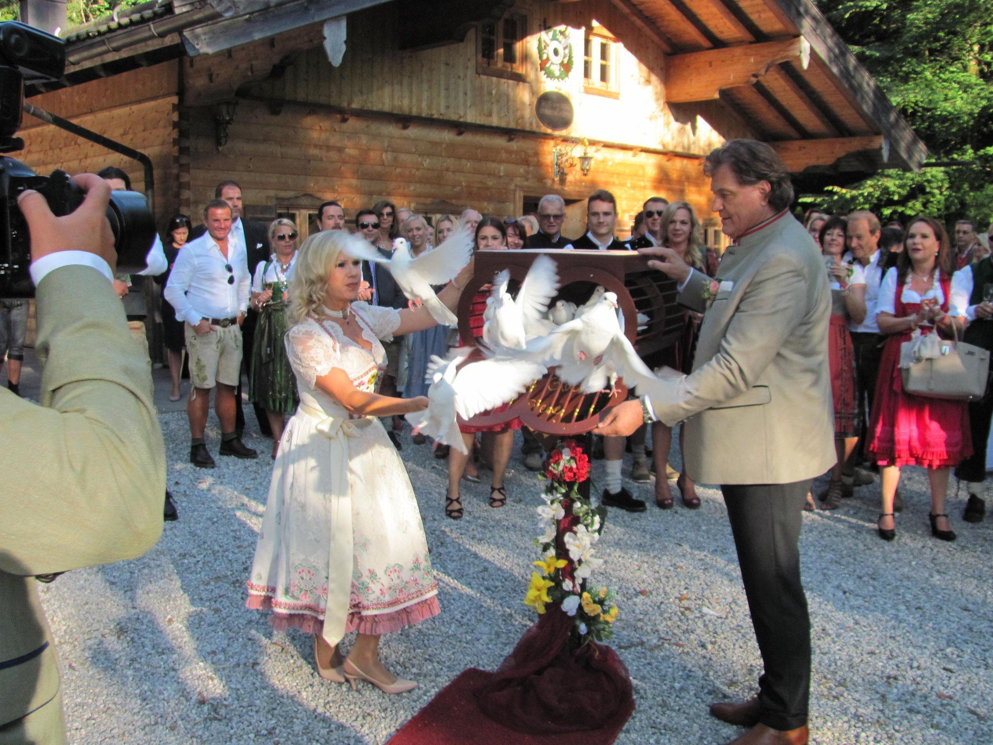 Mariane und Michael lassen die Tauben fliegen