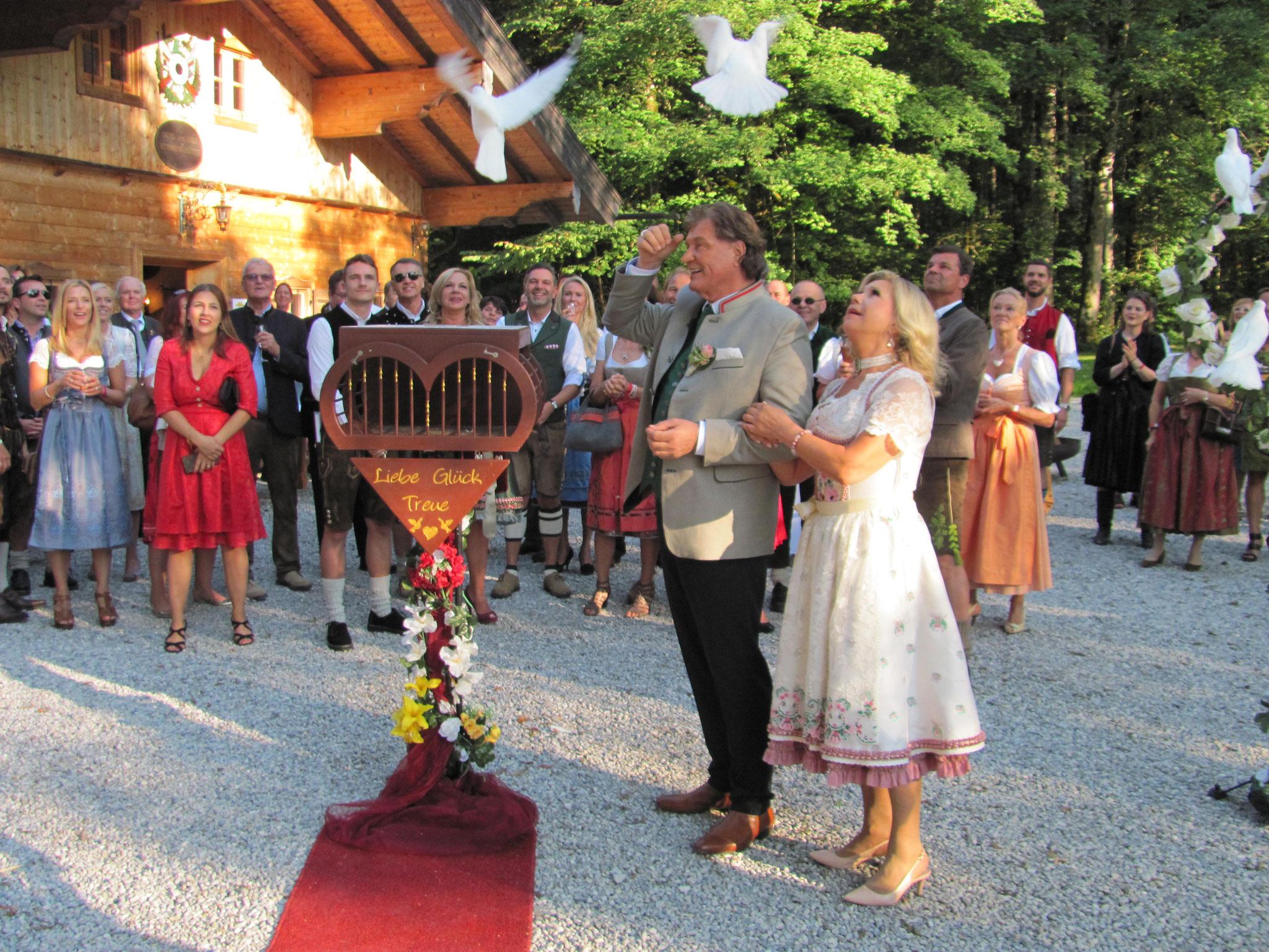 die weißen Tauben kommen zu Mariane und Michael zurück.