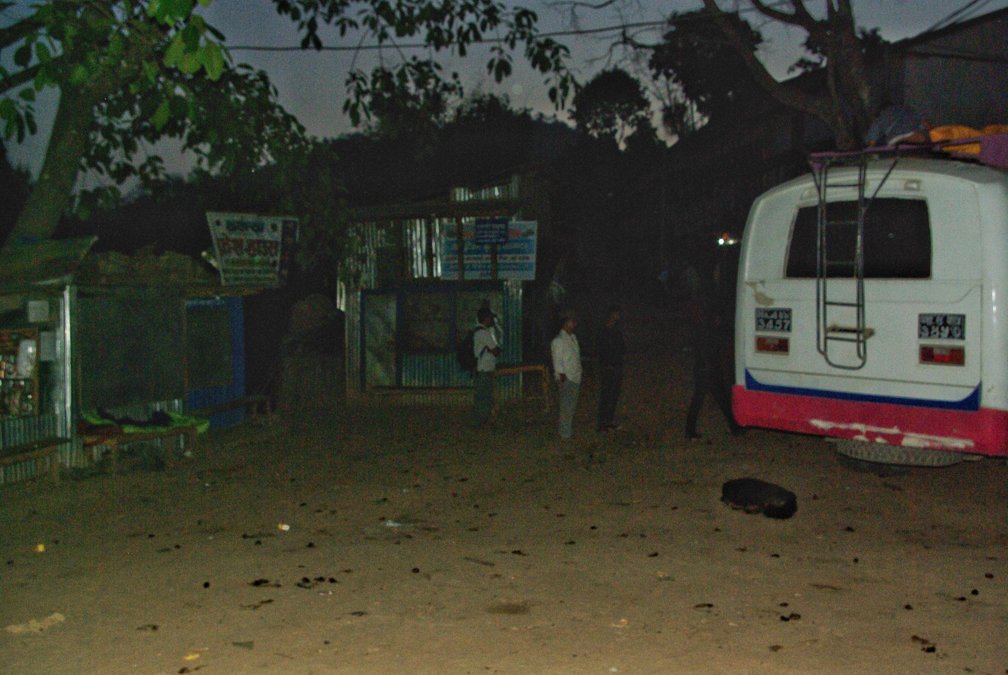 Mein Schlafplatz vor dem Kiosk links