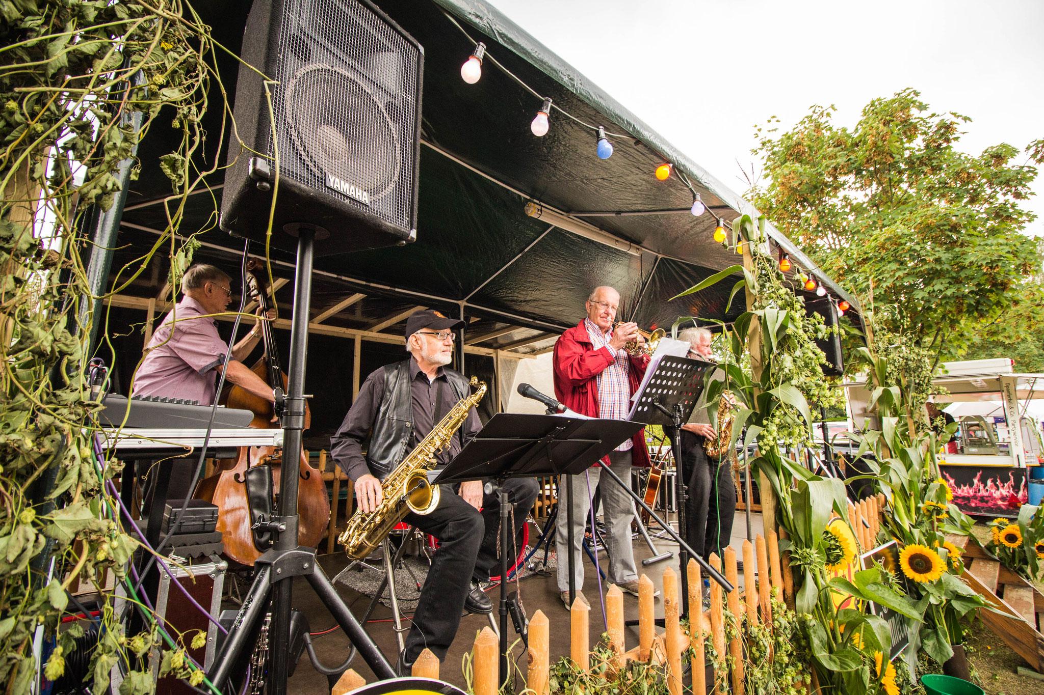 Die Jazz Connection aus Celle begeisterte bei Sonnenschein das Publikum beim Jazz-Frühschoppen am Sonntag